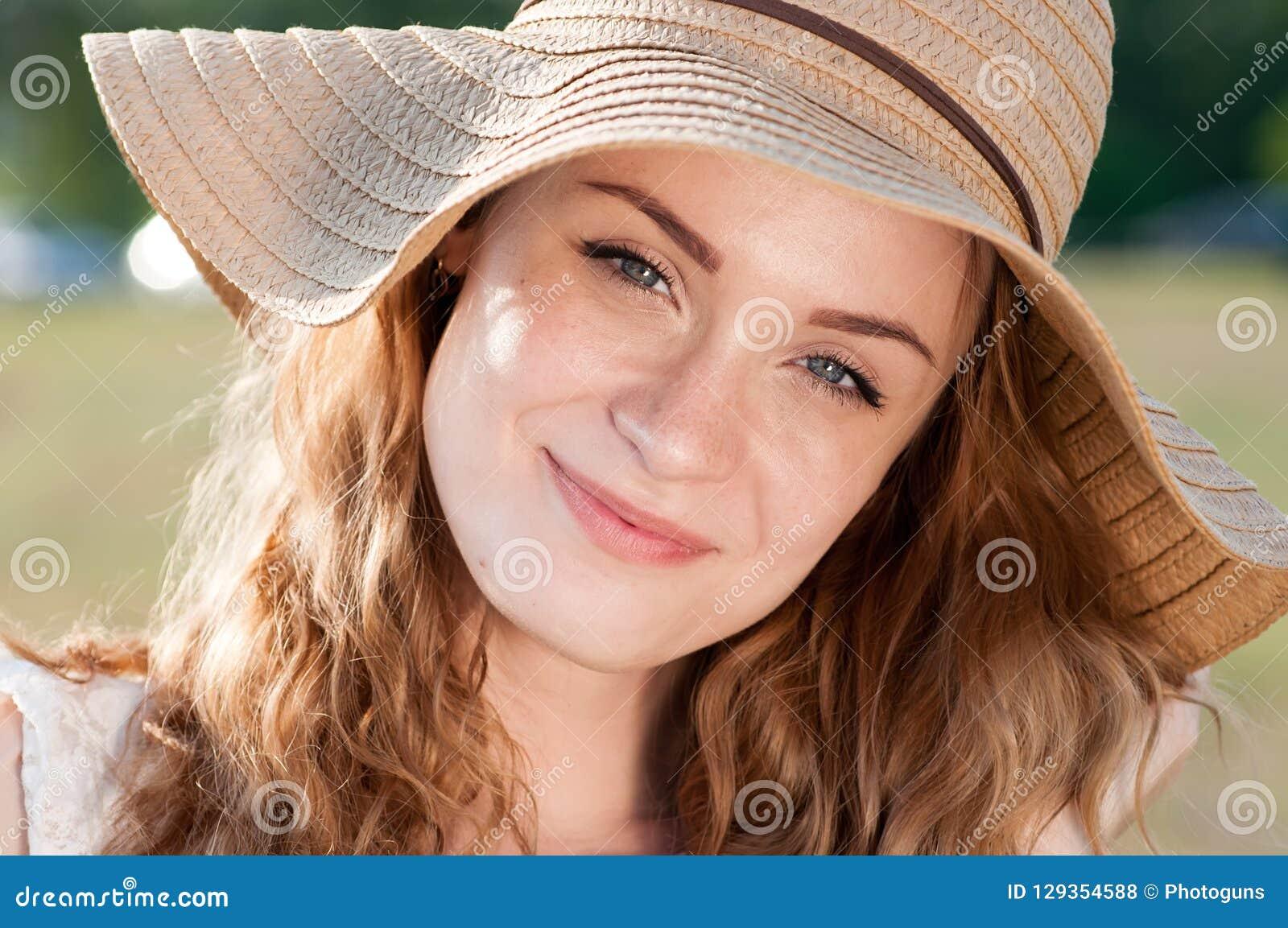 De manierportret die van de de zomer zonnig levensstijl van het jonge modieuze hipstervrouw lopen op park in openlucht, leuke in