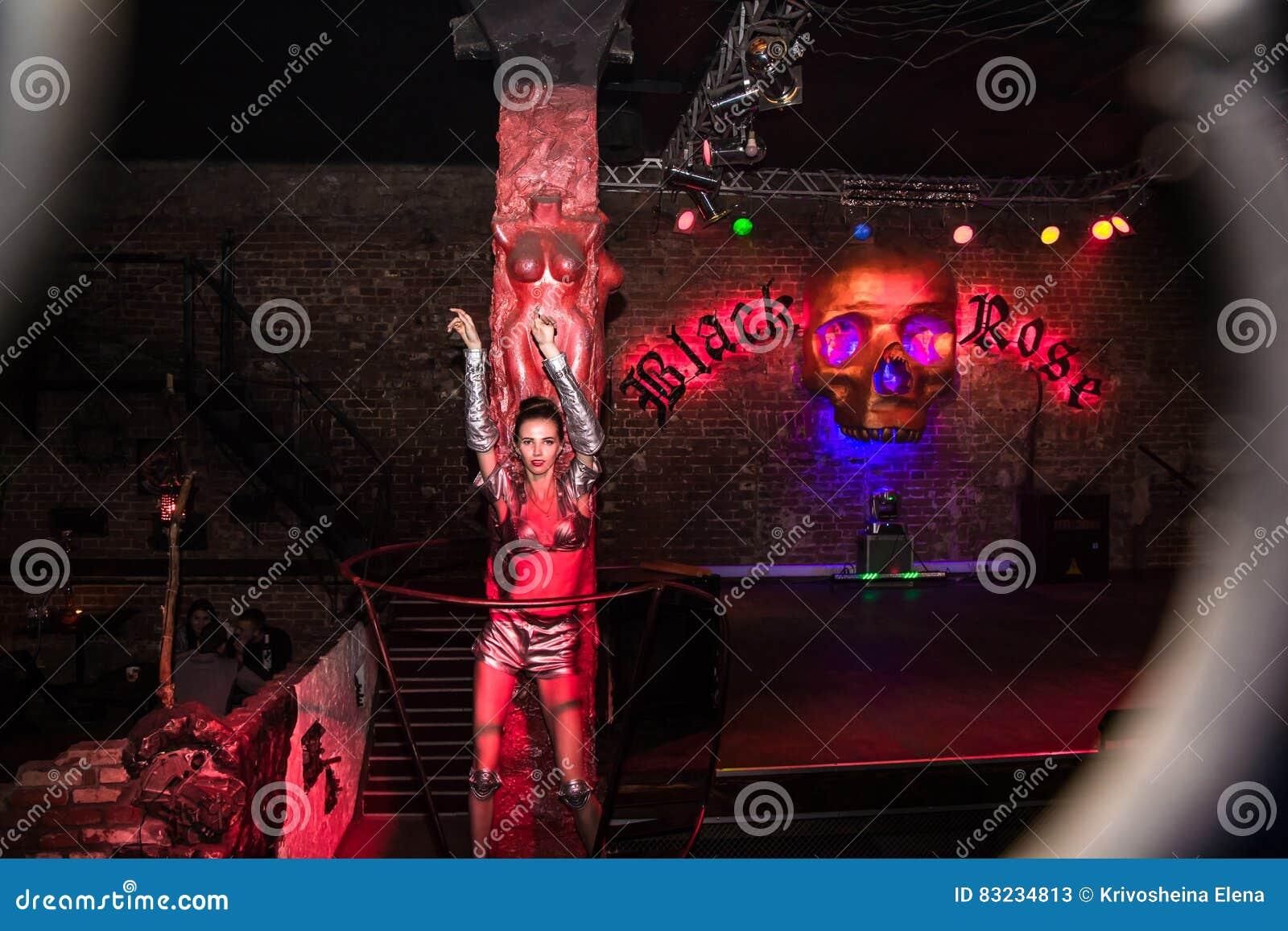 De manierprestaties art chaos in zwarte nachtclub namen in kirov toe redactionele stock foto - Nachtclub decoratie ...