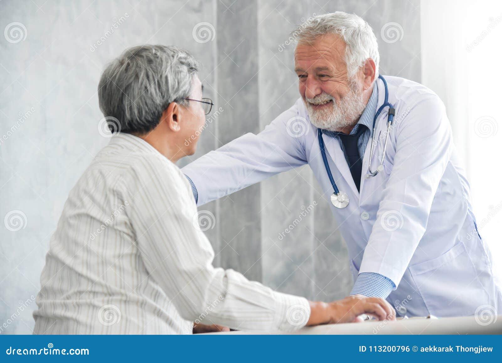 De mannelijke arts troost mannelijke patiënt