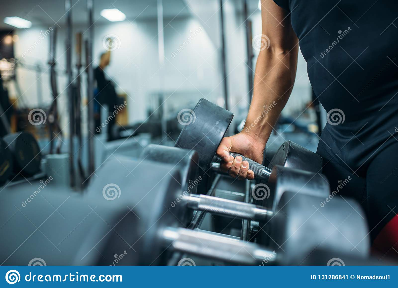 De mannelijke atleet neemt ter beschikking zware domoor