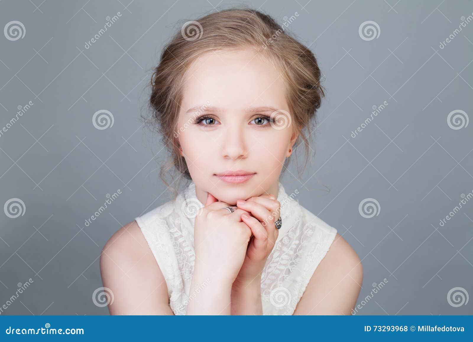 De Mannequin van het blondemeisje Jonge schoonheid