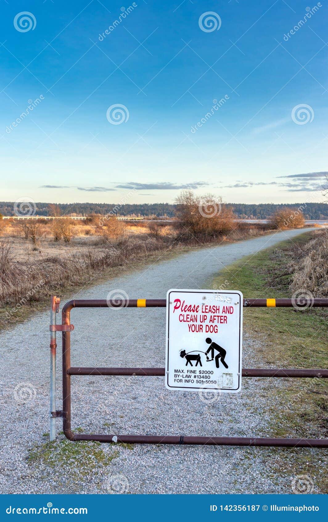 18 de março de 2019 - Surrey, BC: Proprietários de advertência do cão do sinal para pegarar o desperdício do animal de estimação