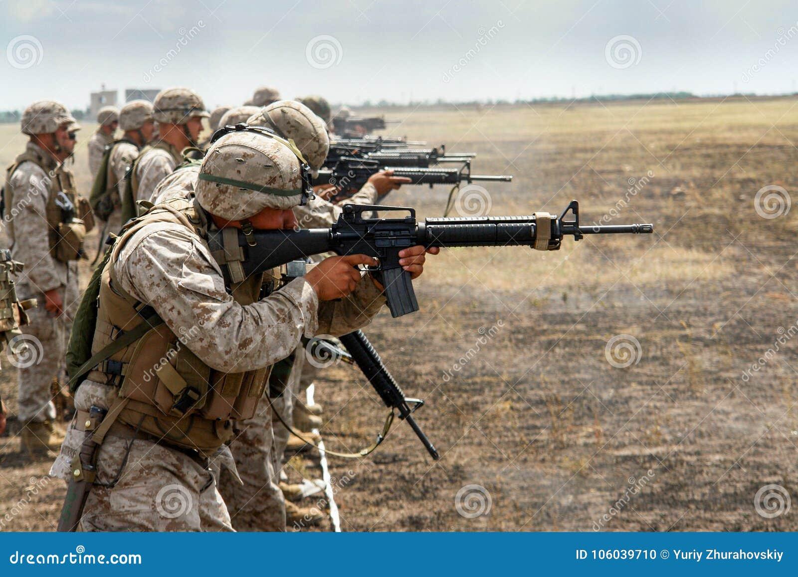 De Marine van de V.S. op een levende het schieten waaier opleiding