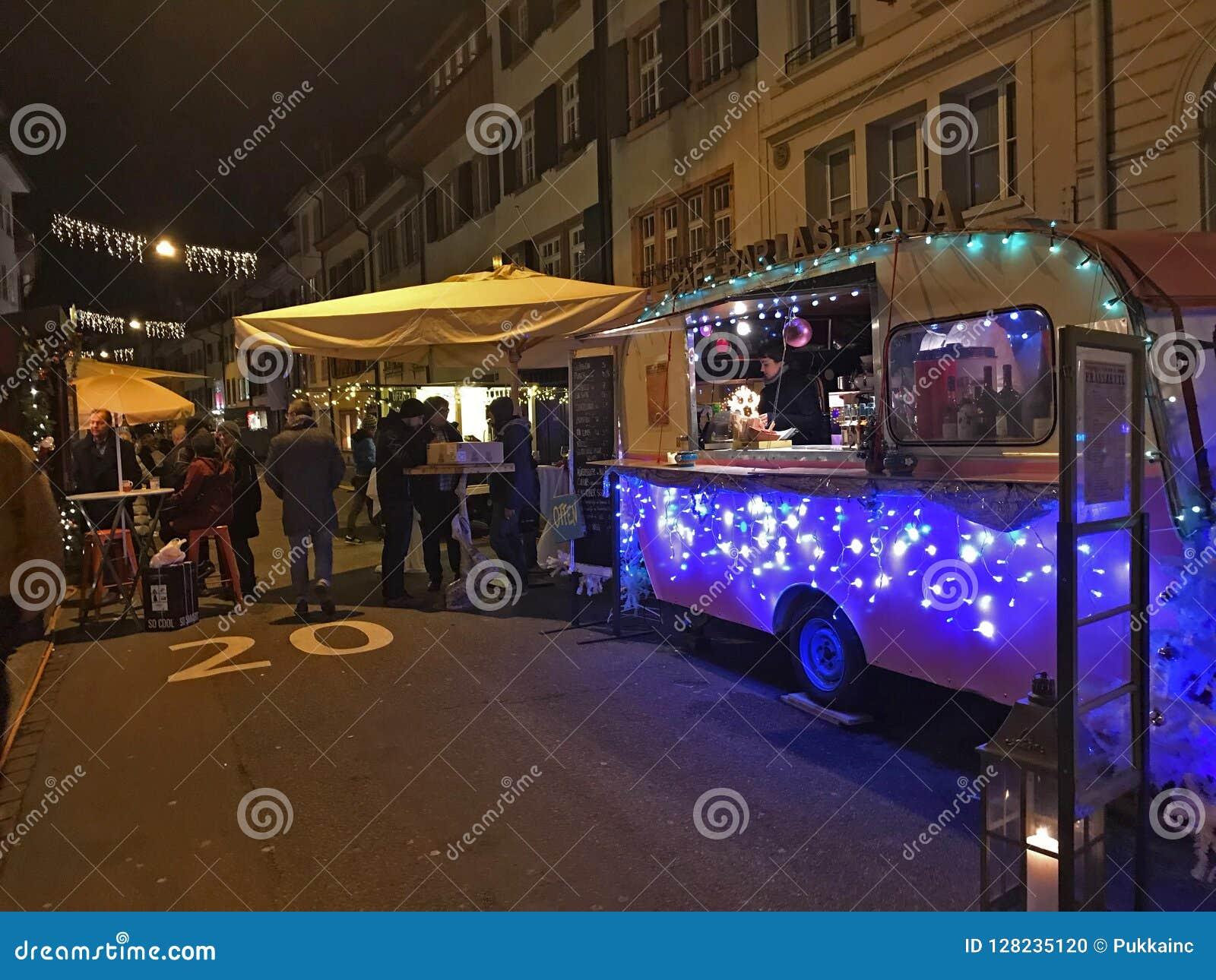 De markt van het vakantievoedsel in de straten van Bazel op 29 November, 2017