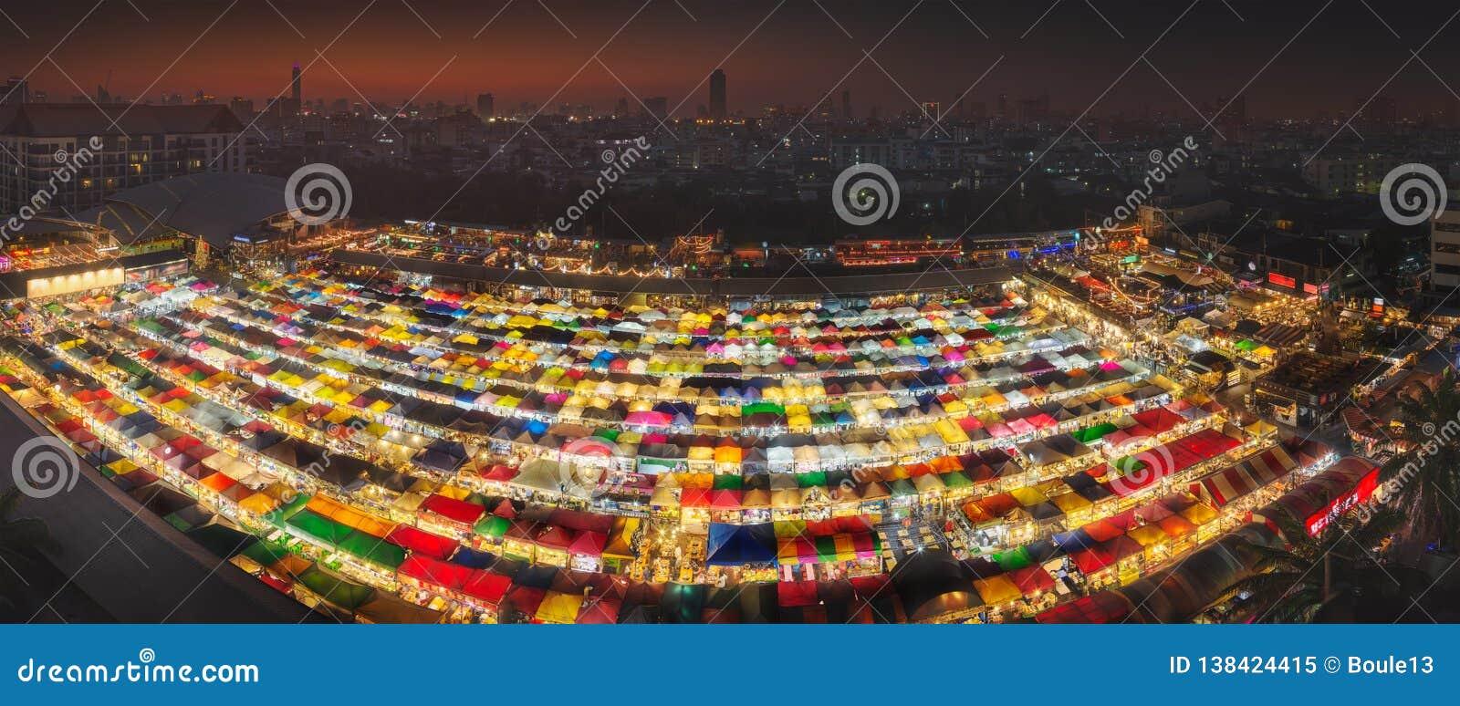De markt van de Ratchadanacht in Bangkok tijdens zonsondergang