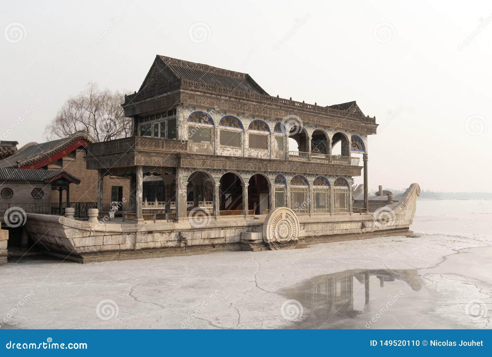 De marmeren boot van het de zomerpaleis tijdens de winter
