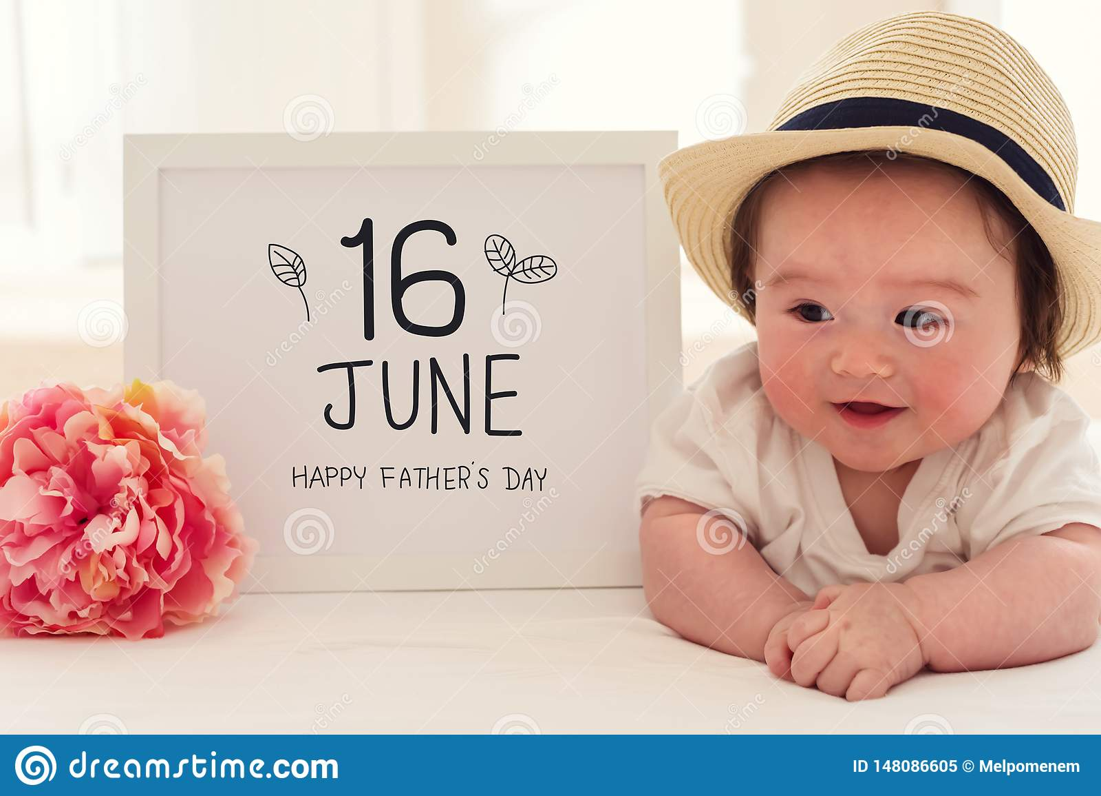 De massage van de vader` s Dag met gelukkige babyjongen