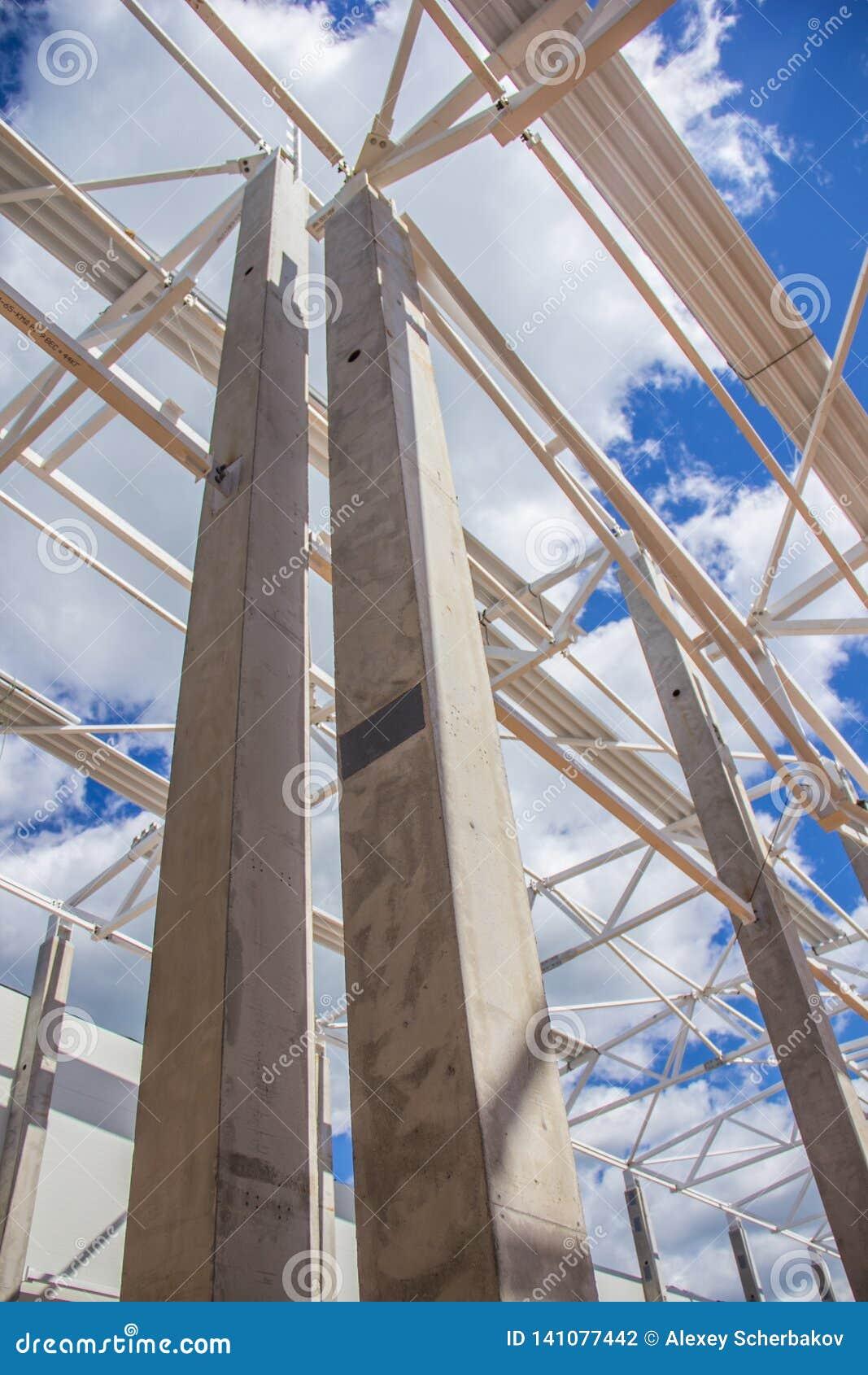De massieve kolommen houden het dak