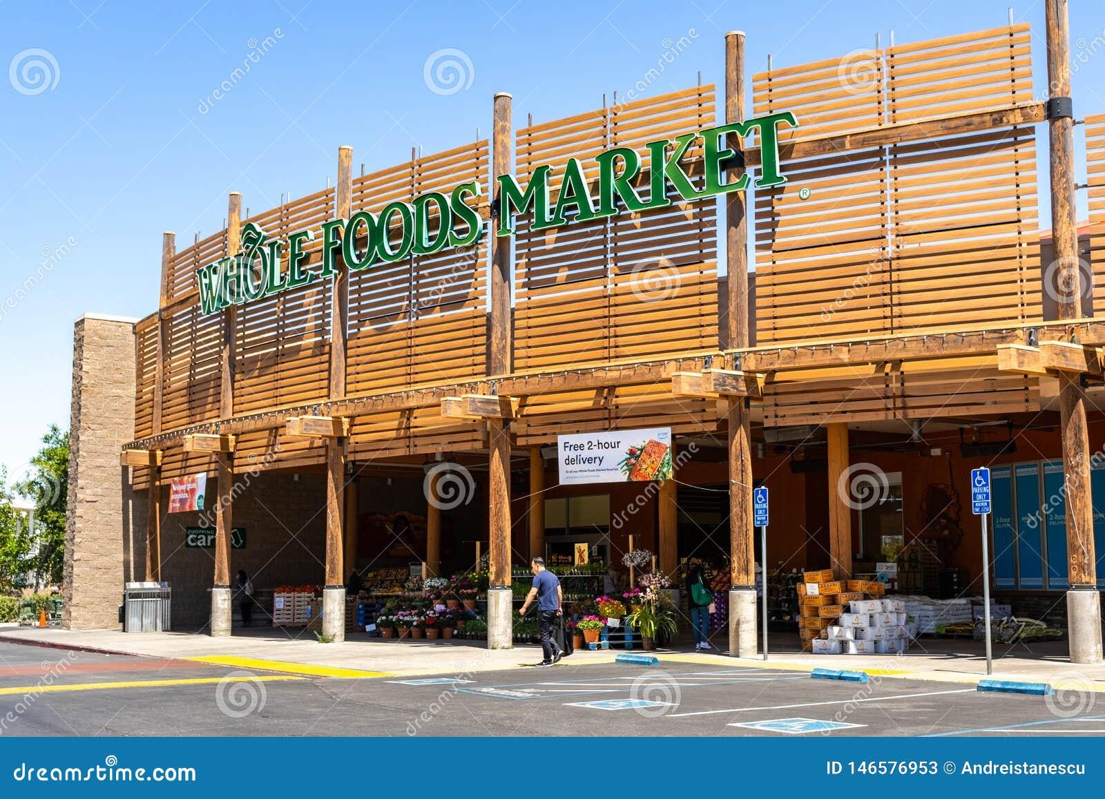 2 de mayo de 2019 Cupertino/CA/los E.E.U.U. - tienda del mercado de Whole Foods situada en área de la Bahía de San Francisco del