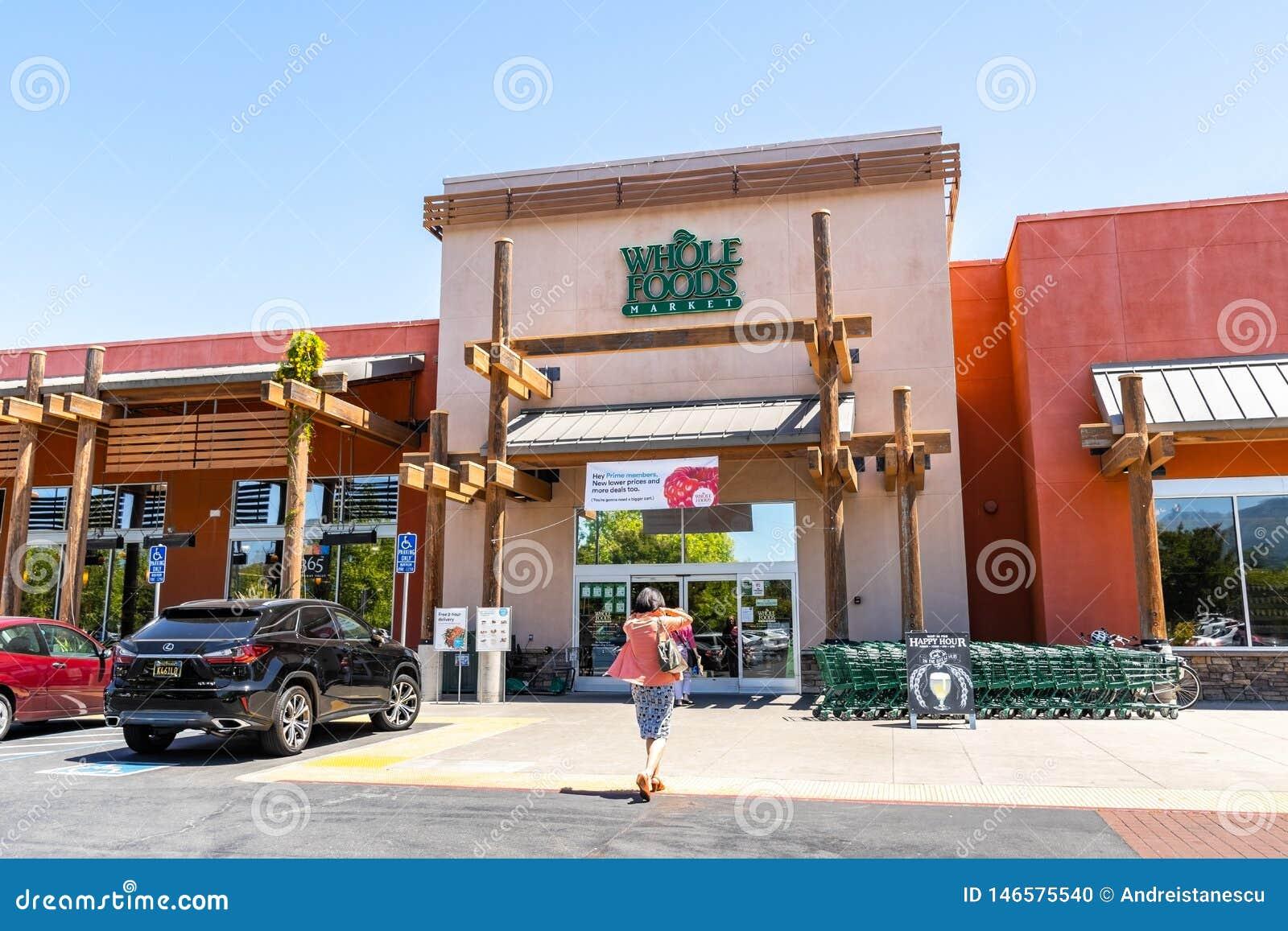 2 de mayo de 2019 Cupertino/CA/los E.E.U.U. - tienda de Whole Foods que exhibe un anuncio para los tratos primeros del miembro so
