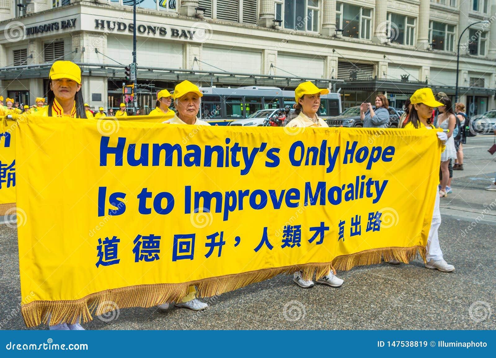12 de mayo de 2019 - Vancouver, Canad?: Miembros de Falun Dafa en desfile a trav?s de las calles del centro de la ciudad el d?a d