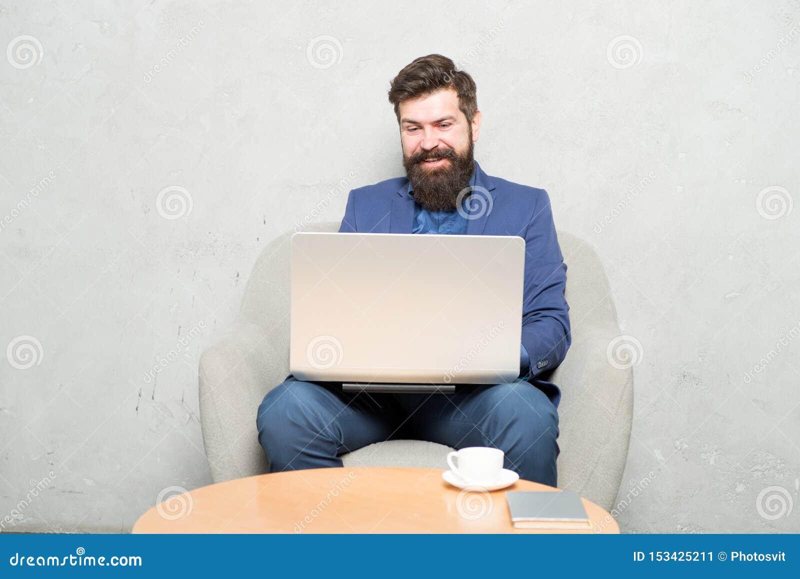 De mededeling maakt zaken Zakenman die bedrijfsmededeling heeft door laptop Hipster die aan computer werken met