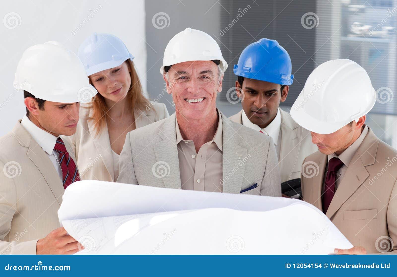 De medewerkers die van de ingenieur een project bespreken