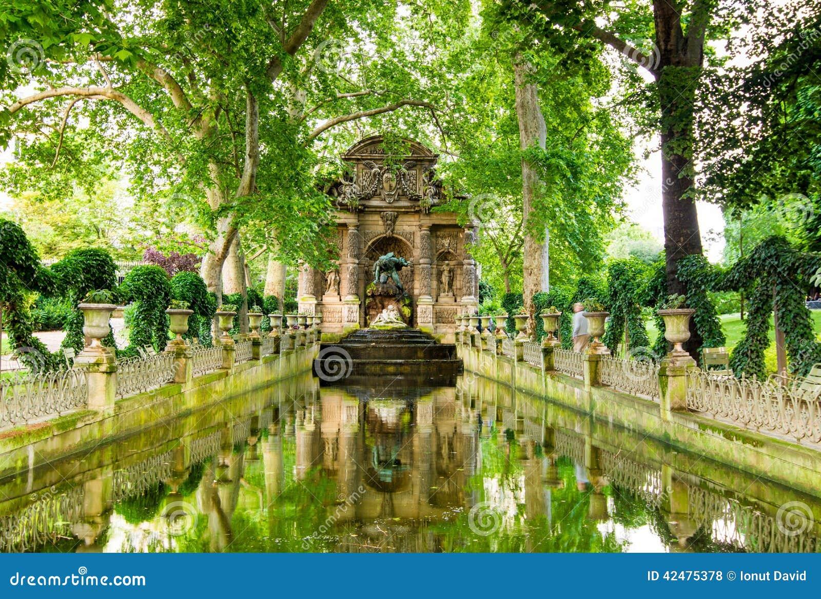 De medici fontein parijs frankrijk stock foto for Buvette des marionnettes du jardin du luxembourg