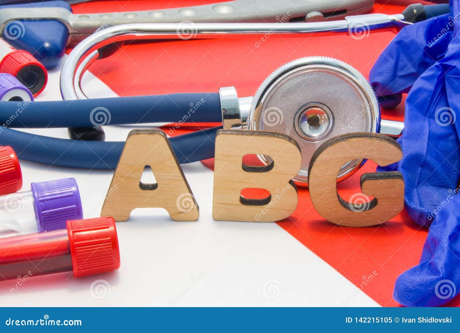 De medische afkorting die van ABG slagaderlijk bloedgas in bloed in laboratoriumdiagnostiek betekenen op rode achtergrond De chem