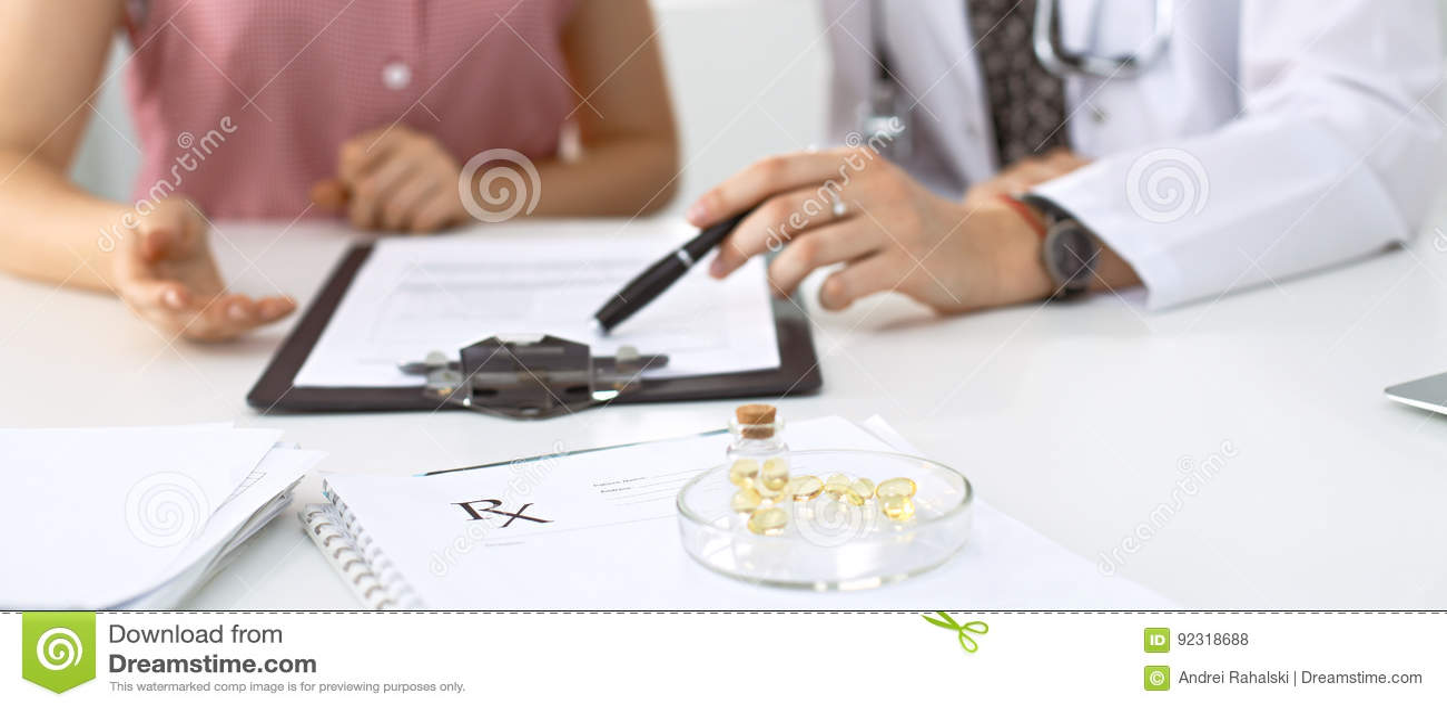 De medische de de voorschriftvorm, capsules en pillen liggen tegen de achtergrond van een arts en een patiënt die gezondheid besp