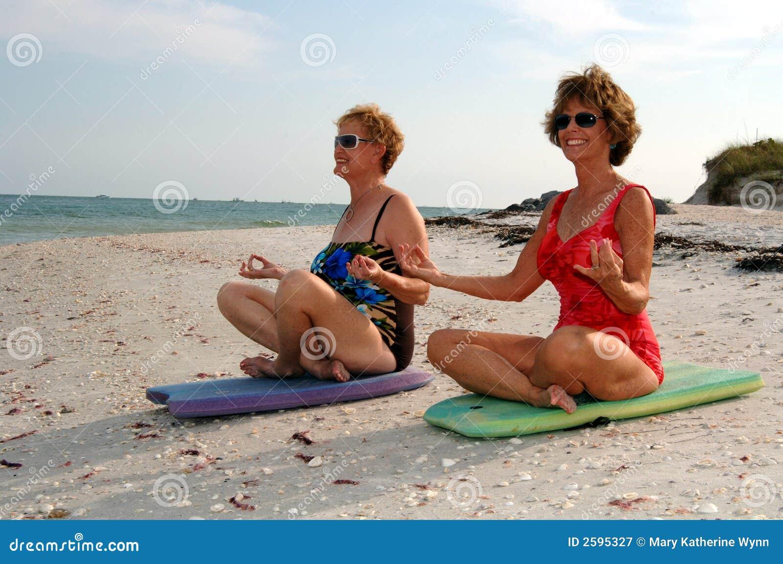 De meditatie van vrouwen op strand
