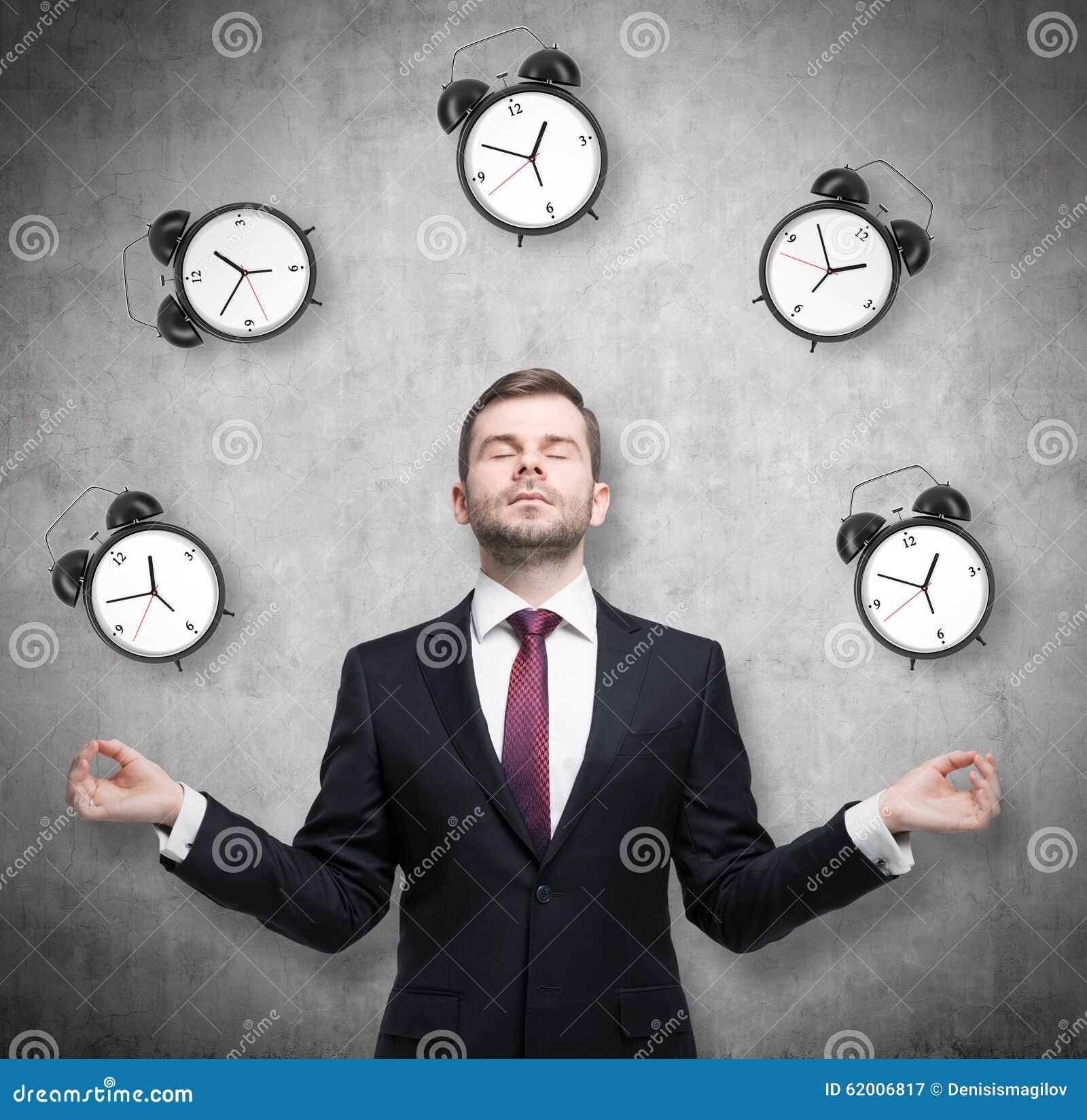 De meditatieve zakenman denkt over tijdbeheer na De persoon in formeel kostuum wordt omringd door wekkers Er zijn bedriegt