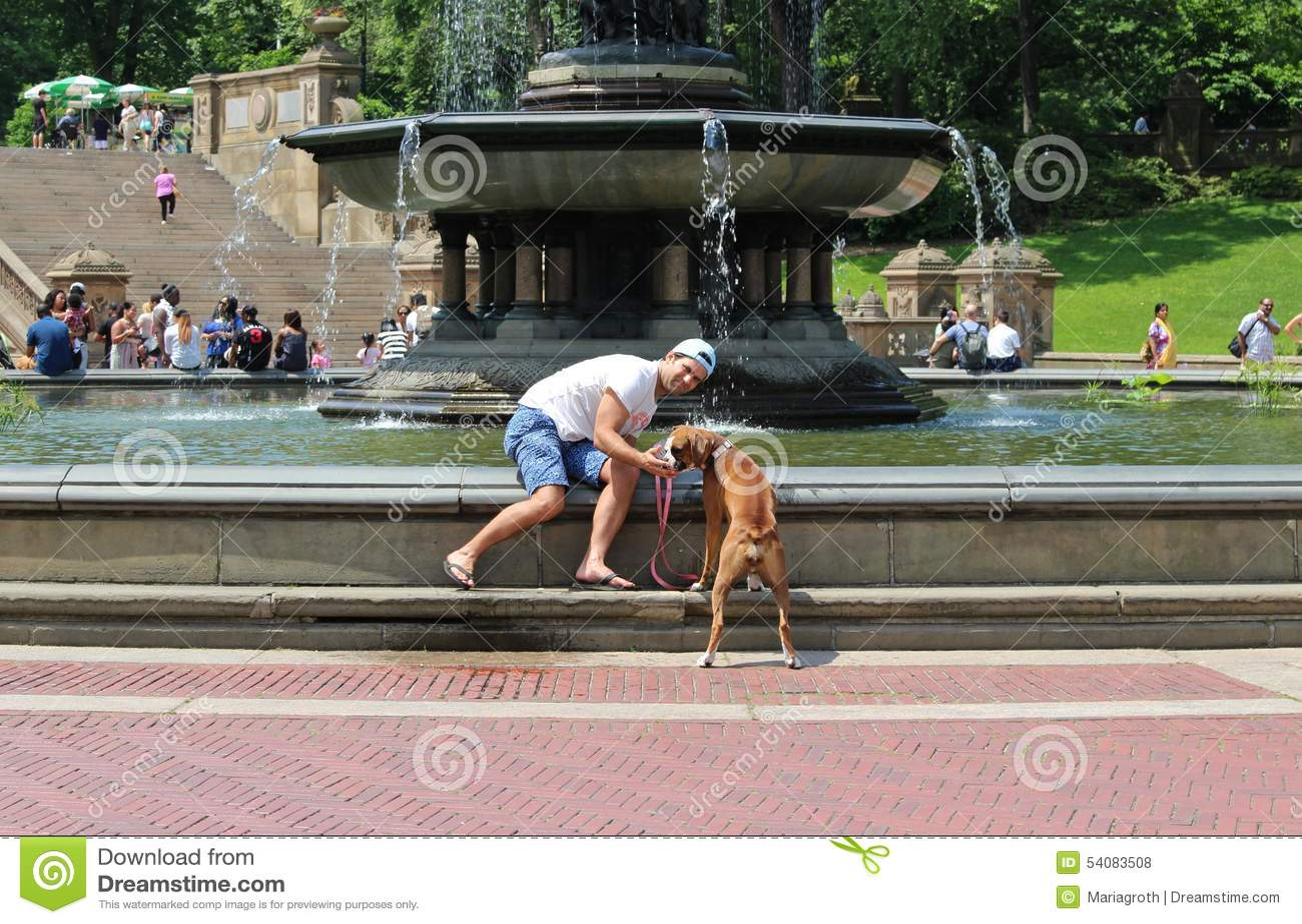 De meester geeft het hondwater in Central Park