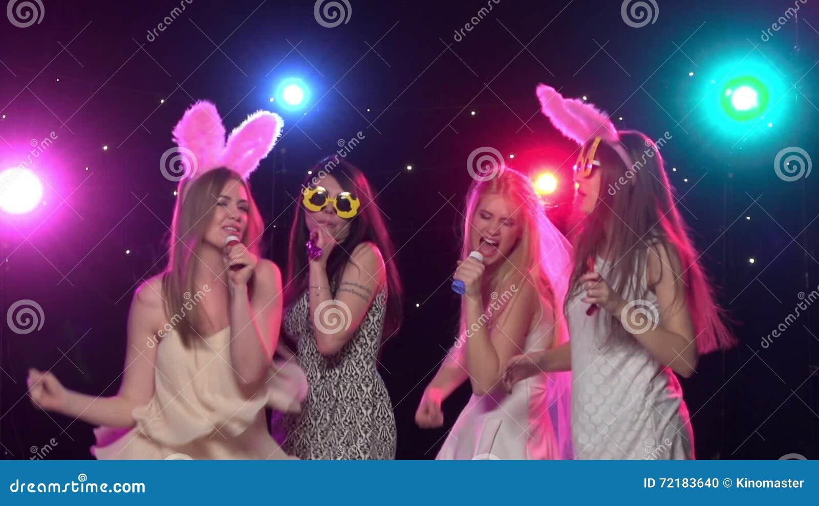 De Meisjes Bij Vrijgezellinpartij Het Grappige Dansen En Zingen Langzame  Motie Stock Footage   Video Bestaande Uit Nachtleven, Blowing: 72183640