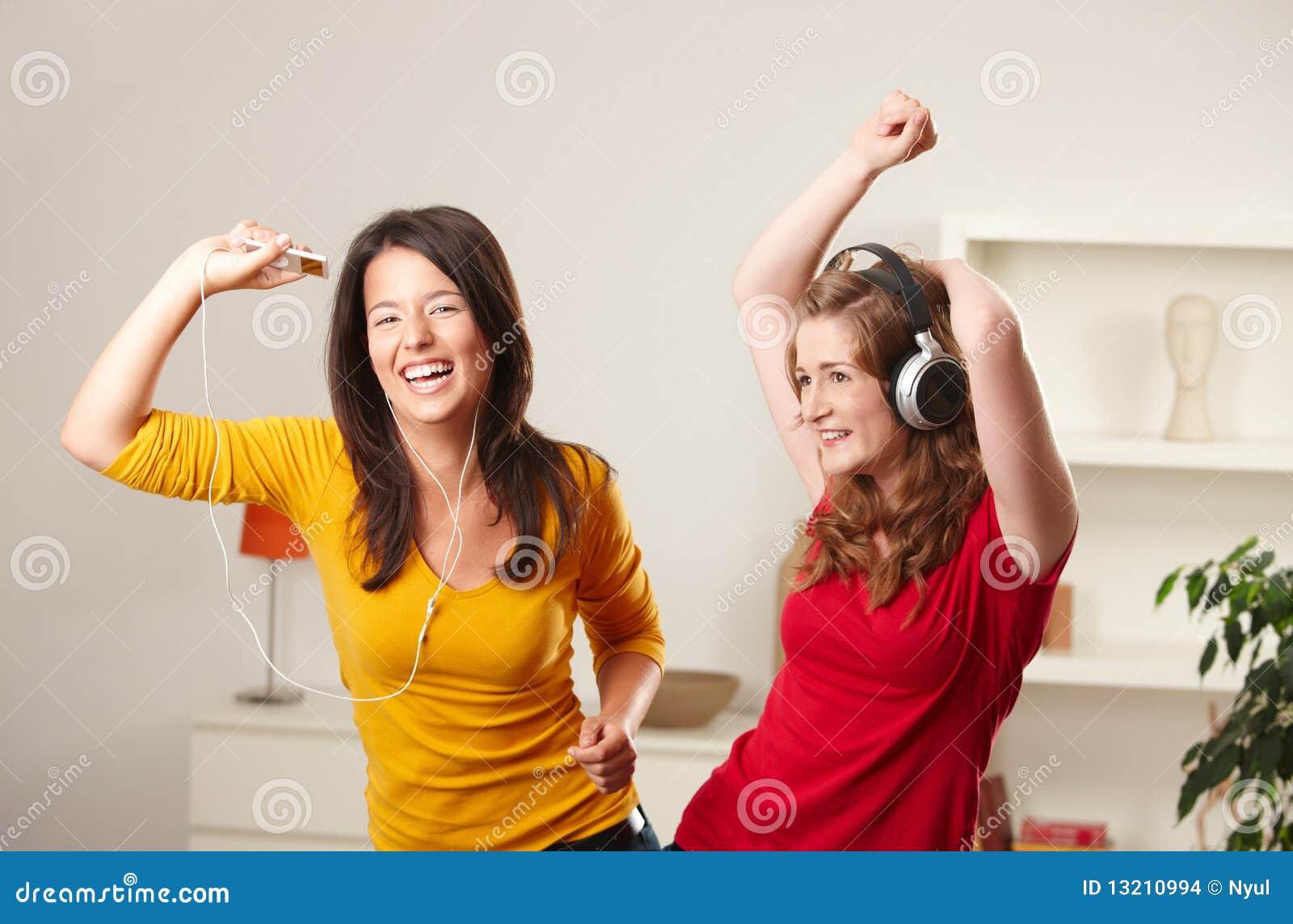 De meisjes die van de tiener aan muziek luisteren stock afbeeldingen afbeelding 13210994 - Foto tiener ruimte meisje ...