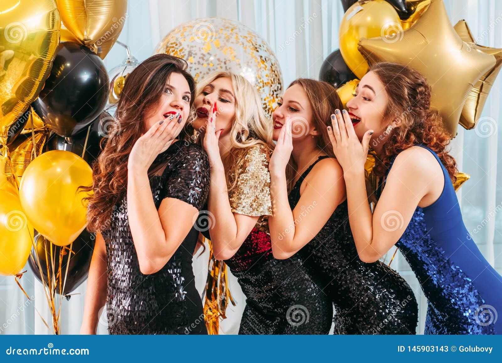 De meisjes die van de verjaardagspartij complimenten vleien