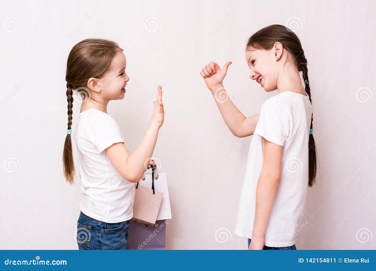 De meisjes komen na het winkelen samen en keuren het winkelen goed