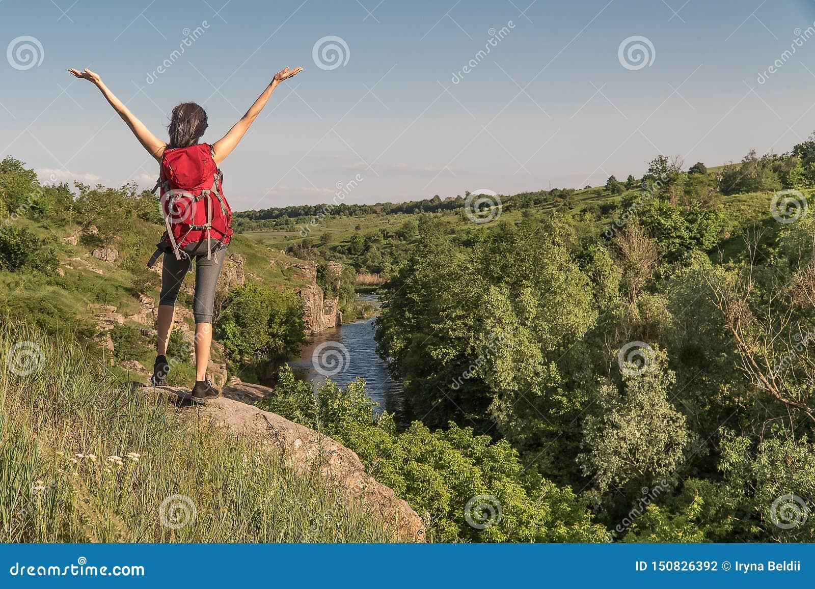 De meisjesreizen Meisje met een grote rugzak touristred rugzak