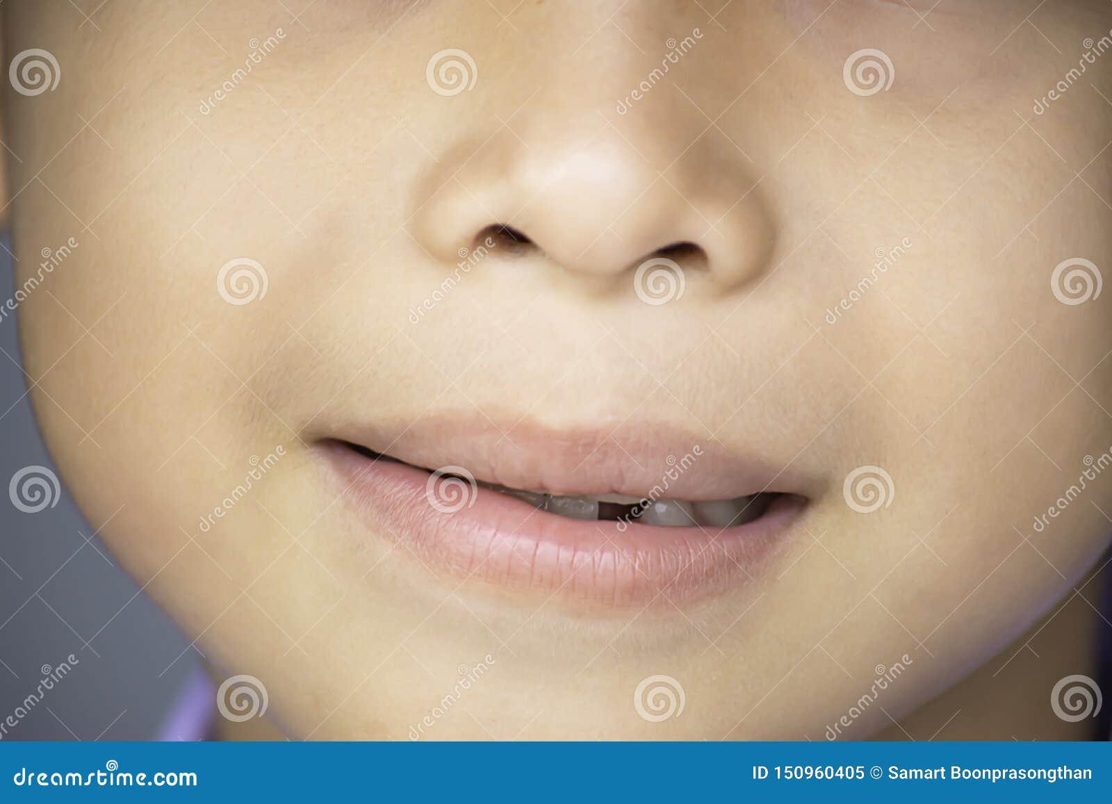 De melktanden worden enkel gelaten vallen in de mond
