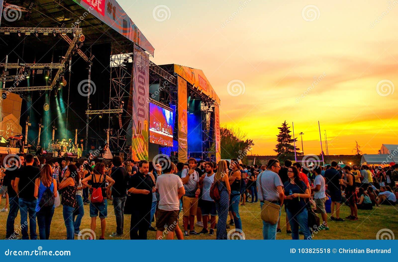 De menigte in een overleg bij Dcode-Muziekfestival