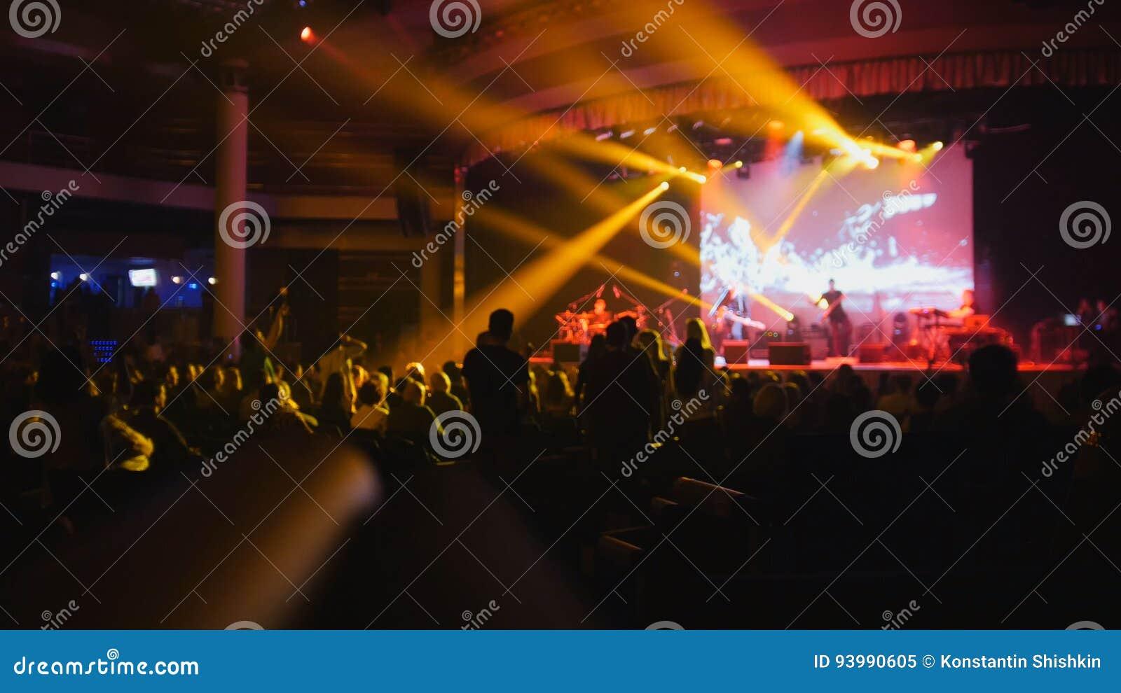 De menigte van silhouet van mensen bij het rotsoverleg