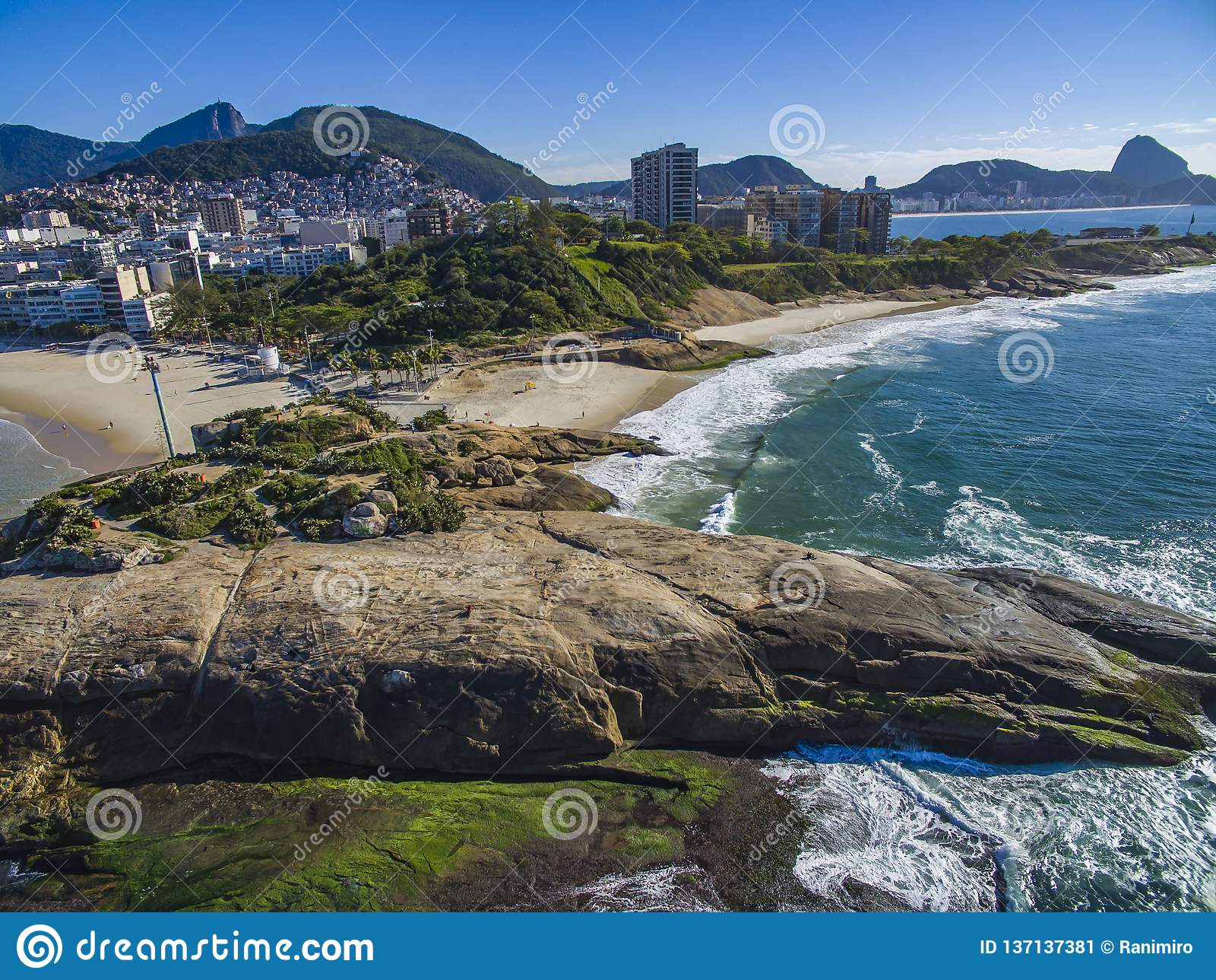 De mening tussen twee mooie stranden Arpoadorstrand, Duivels` s Strand, Ipanema-district van Rio de Janeiro Brazil