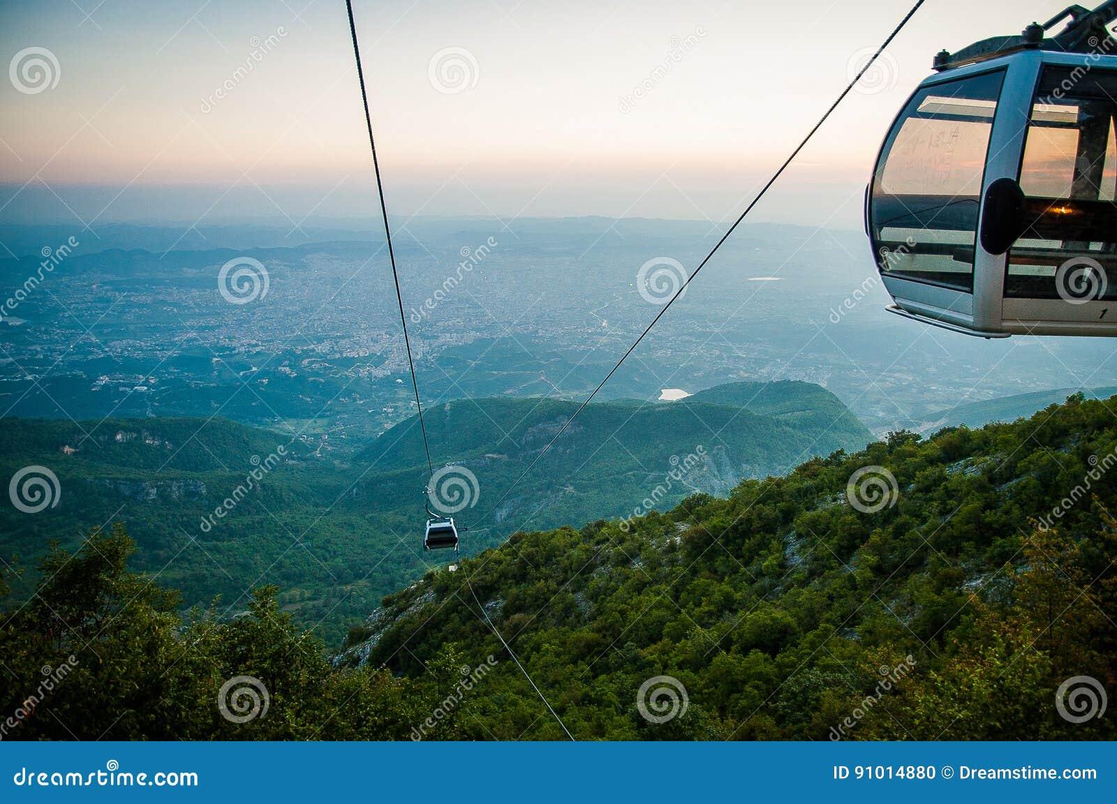 2016 de mening van Albanië Tirana van Dali moutain aan de stad Lijn trolleyin een avondzon