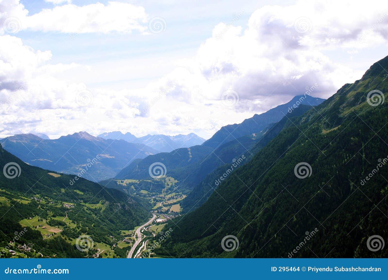 De mening van Arial van weg onder bergen