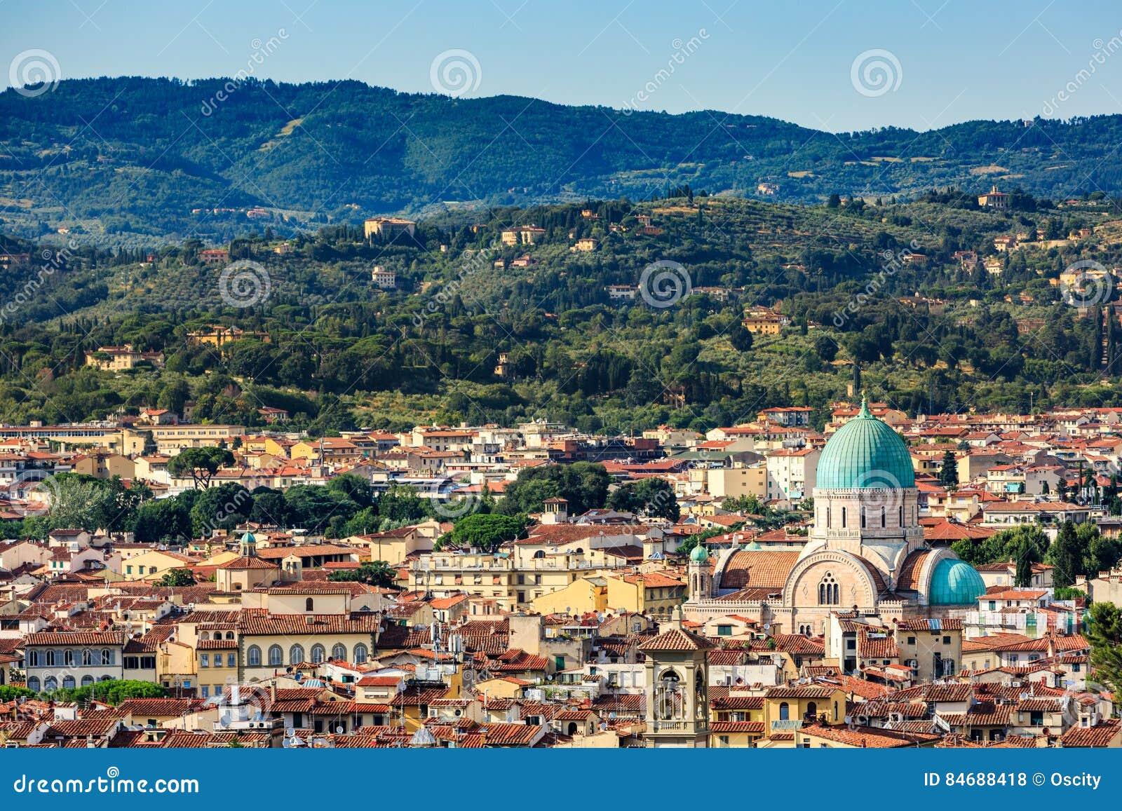 De mening van cityscape van Florence overziet en de Grote Synagoge van F