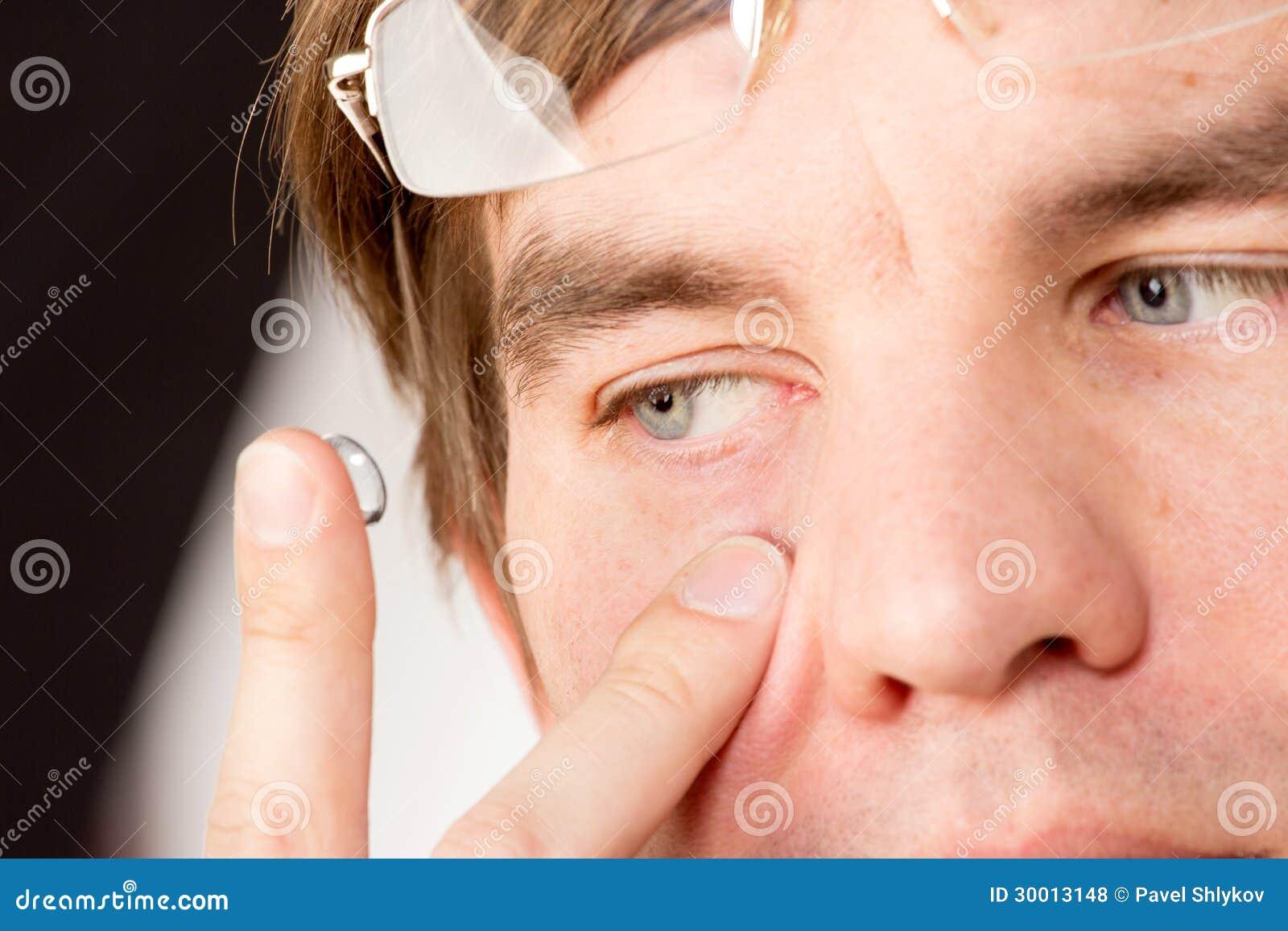 De mening van de close-up van een man bruin oog terwijl het opnemen van correctief c