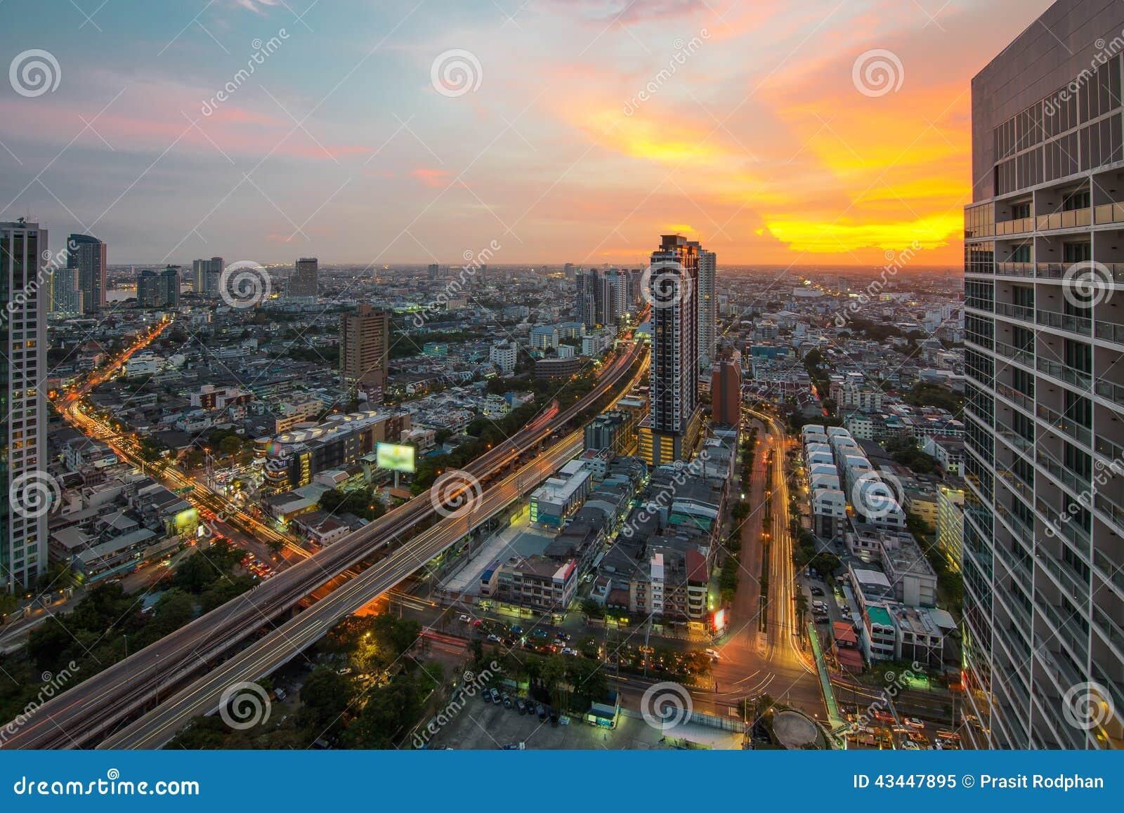 De mening van de de stadsnacht van Bangkok met aardige hemel