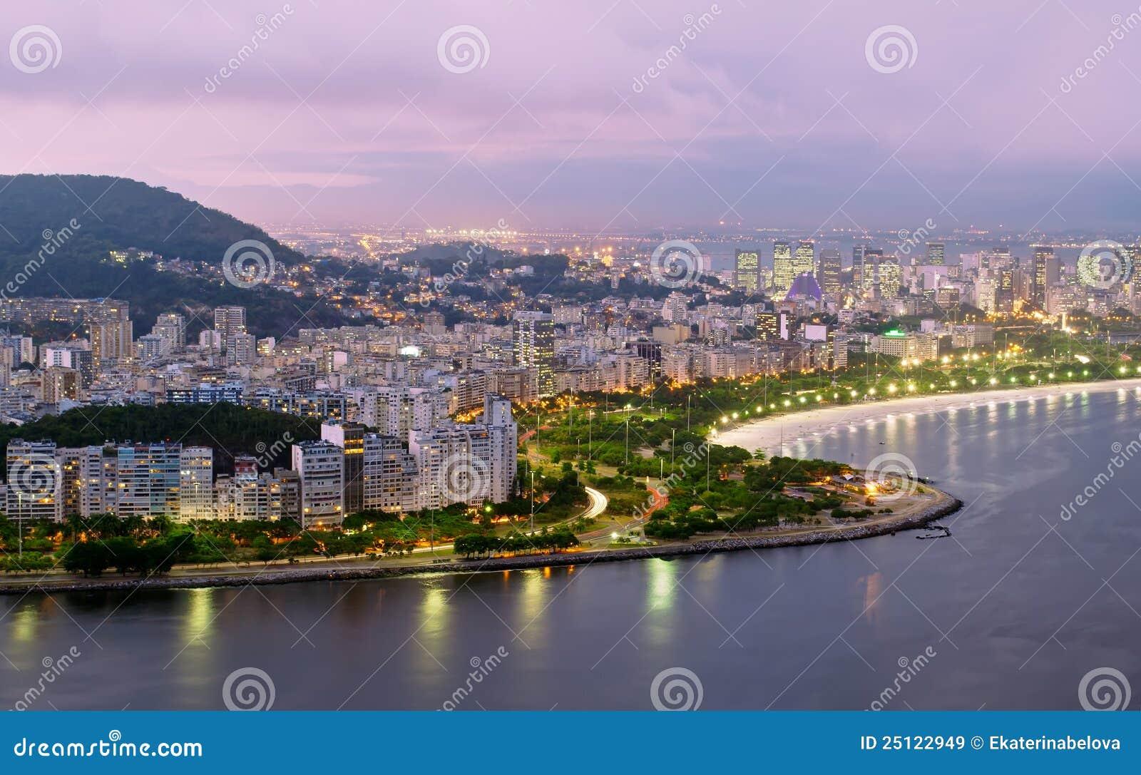 De mening van de nacht van strand Flamengo en district in Rio D