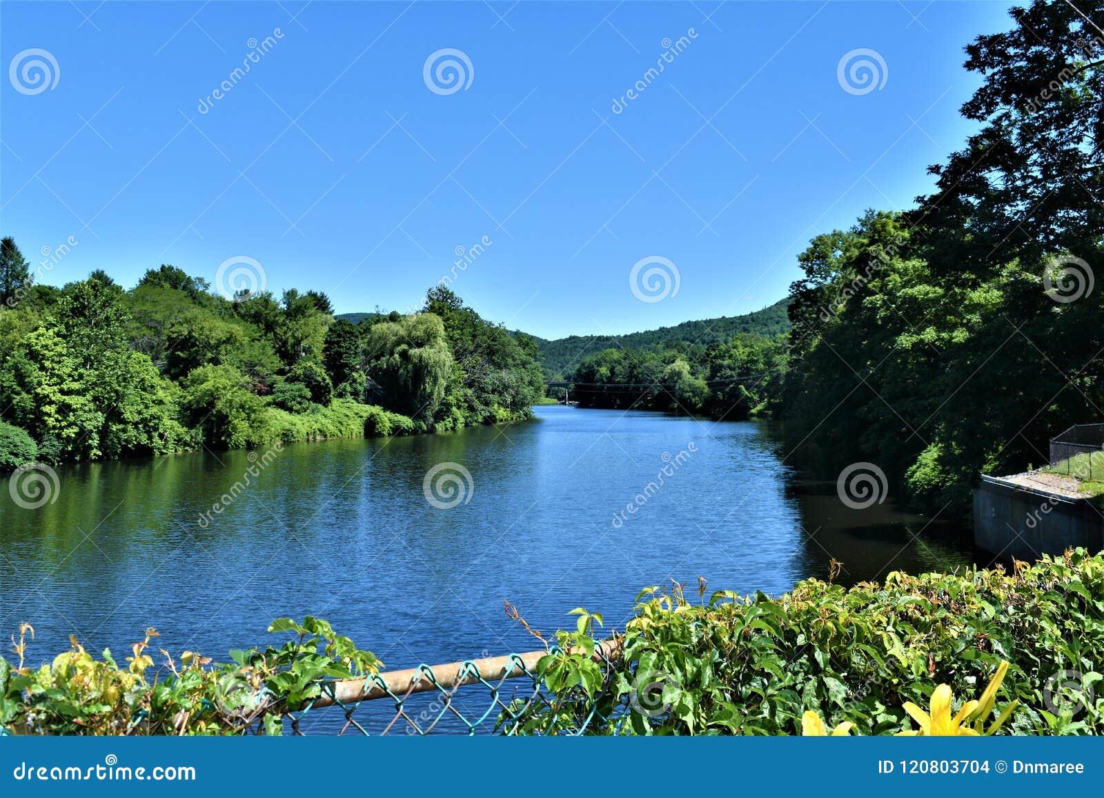 De mening van de Deerfieldrivier van Brug van Fowers, Shelburne valt, Franklin County, Massacusetts, Verenigde Staten, de V.S.