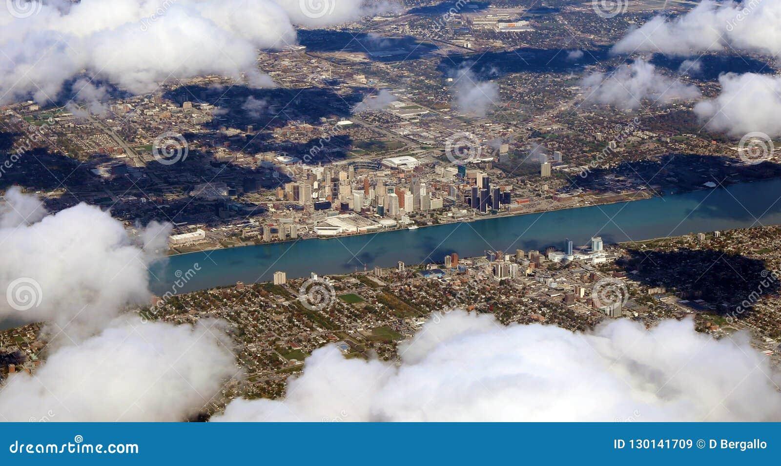 De mening van Detroit Motor City van hemel, panoramische foto van Amerikaanse stadsmening van vliegtuig