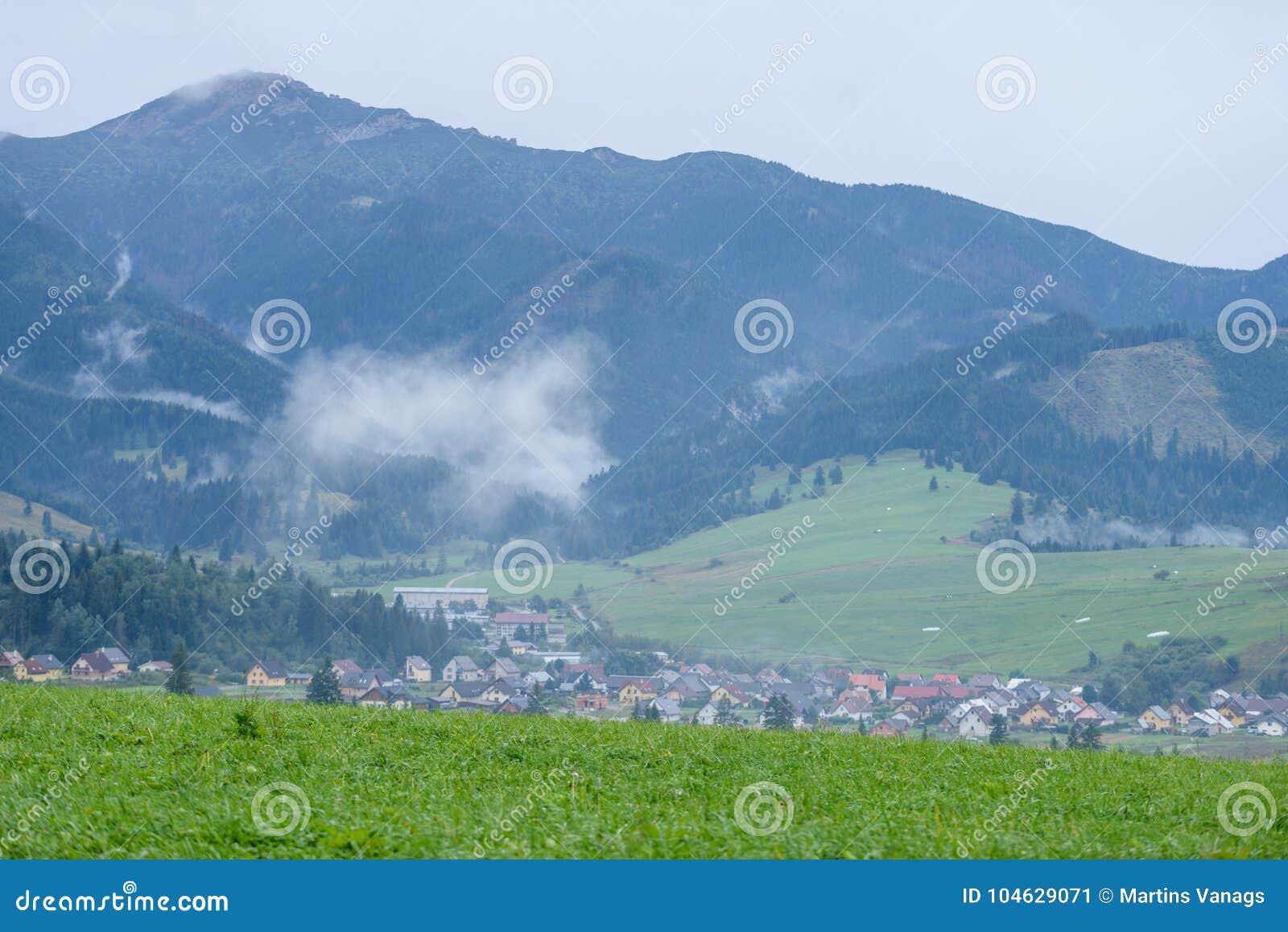 Download De Mening Van Het Berggebied In Slowakije Stock Afbeelding - Afbeelding bestaande uit licht, mist: 104629071