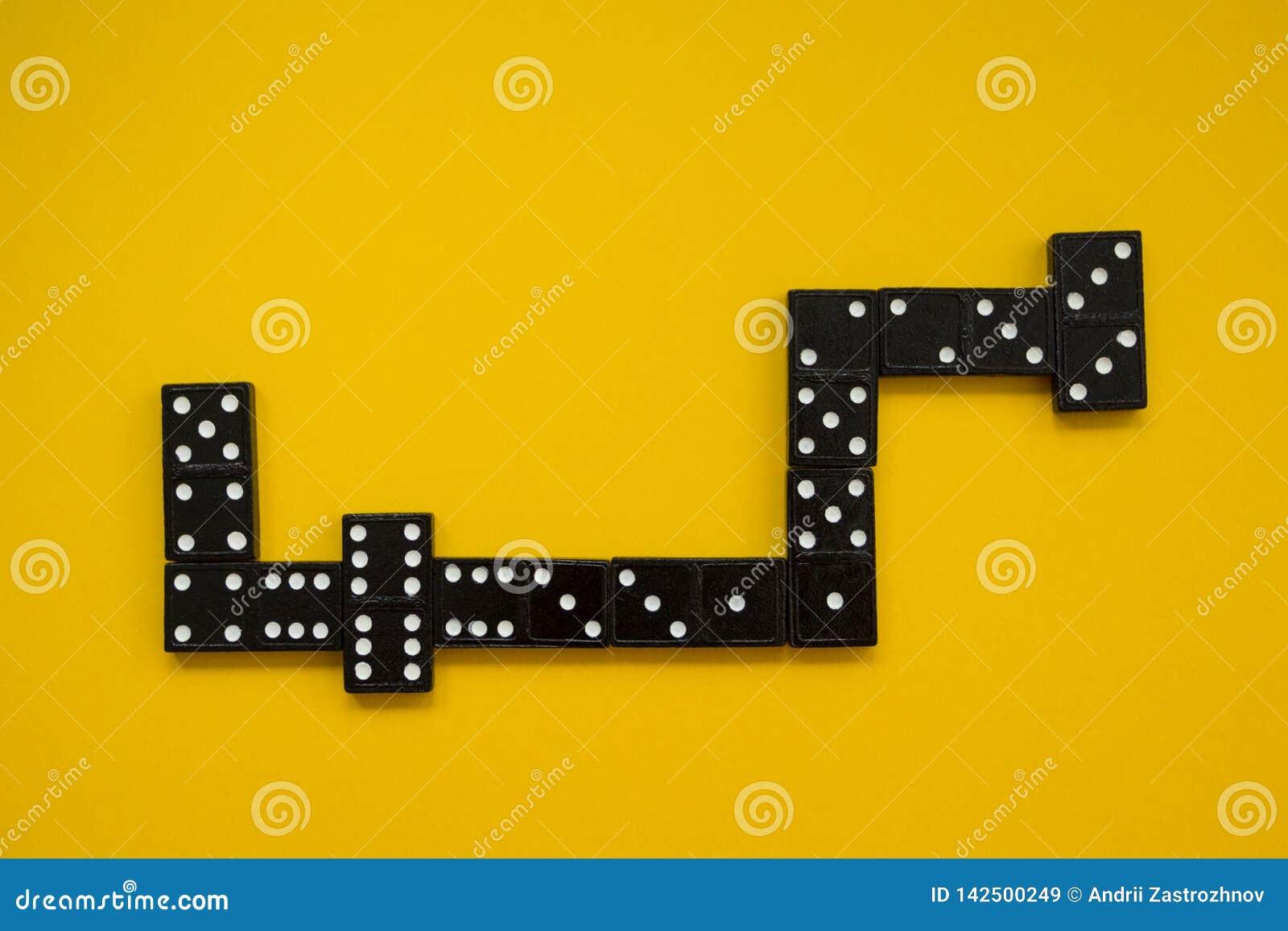 De mening van het dominospel vanaf bovenkant op gele achtergrond