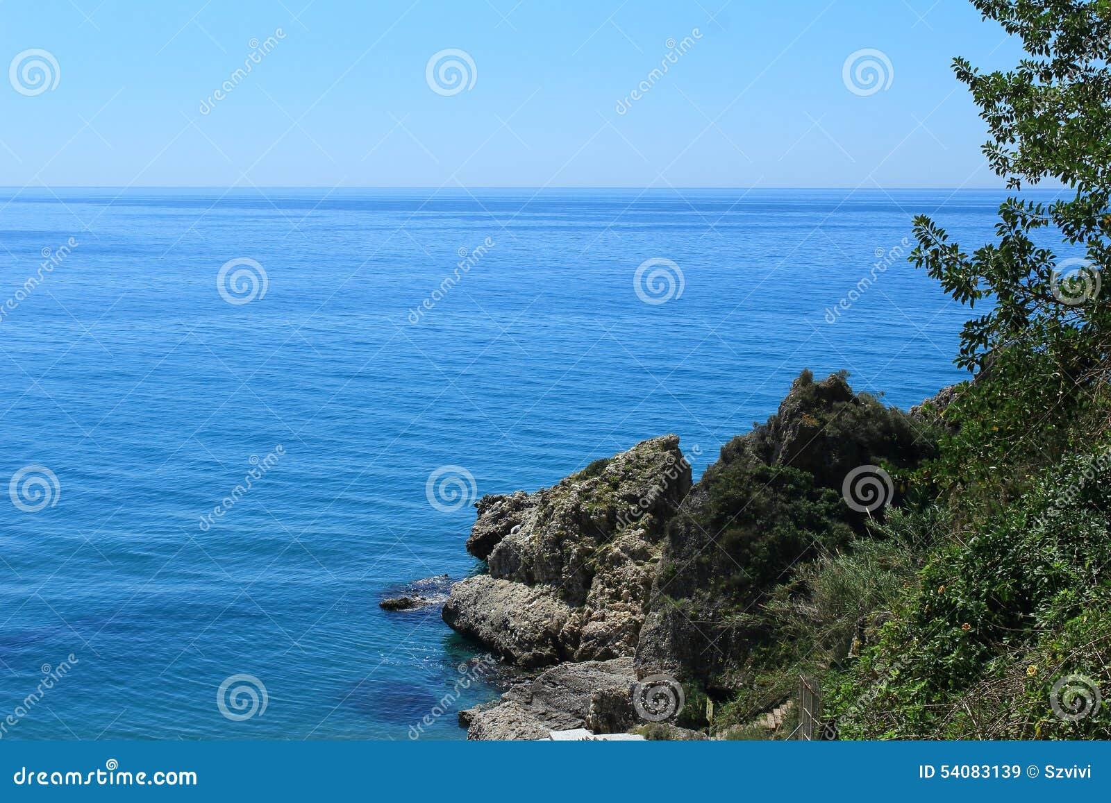 De mening van het Middellandse-Zeegebied ziet met rotsen