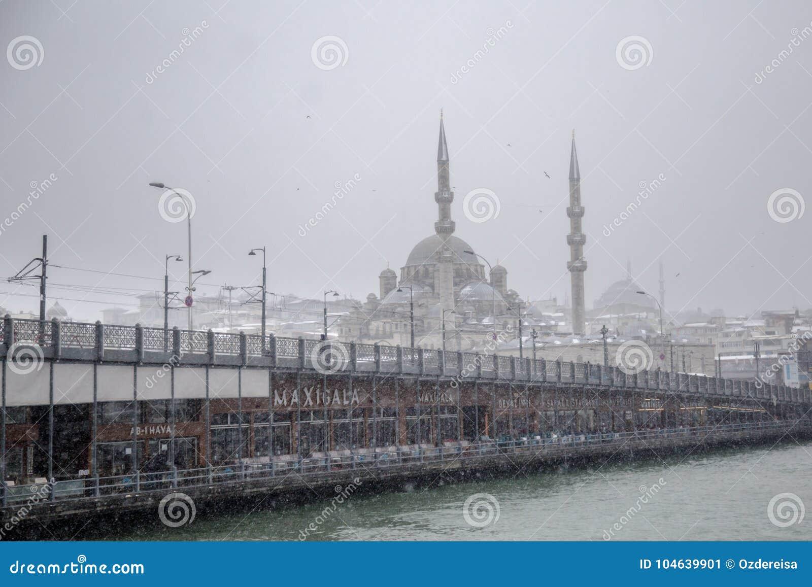 Download De Mening Van Het De Winterzeegezicht Van De Populaire Nieuwe Brug Van Mosgue En Galata- Redactionele Foto - Afbeelding bestaande uit mist, brug: 104639901