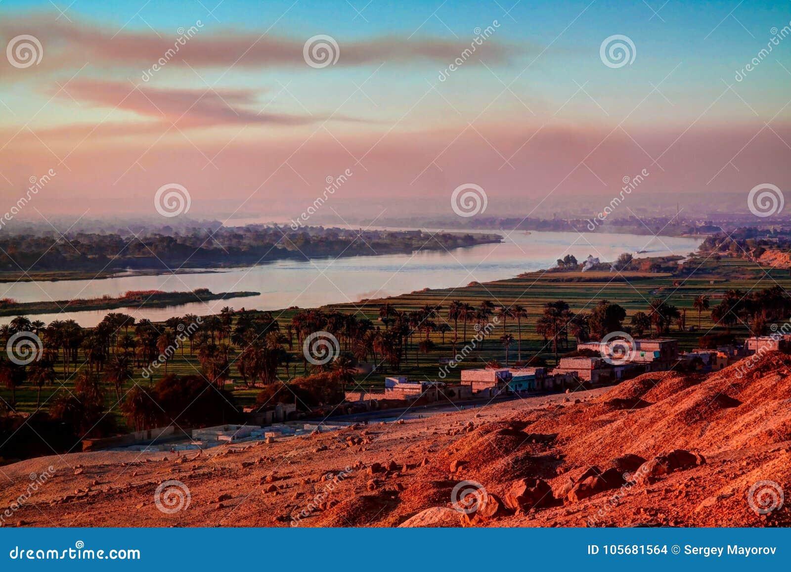 De mening van het zonsondergangpanorama aan de rivier van Nijl van de archeologische plaats van Beni Hasan, Minya, Egypte