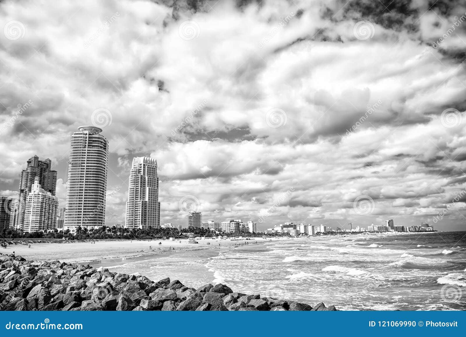 De mening van het zuidenstrand van de pijler, het Strand van Miami in beroemdste de toeristenatraction van Florida Luchtmening va