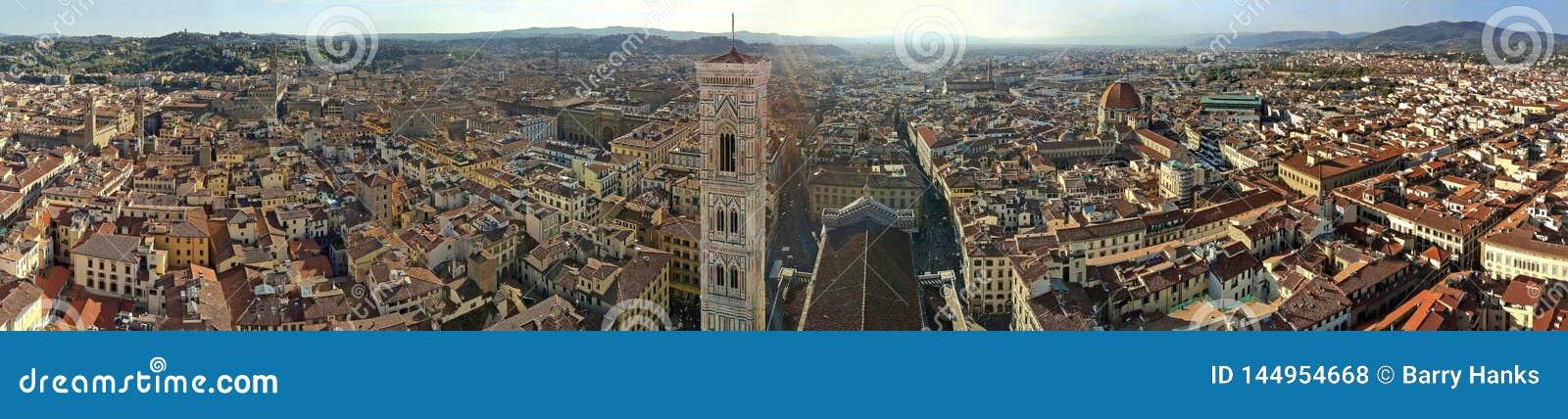 De mening van de Klokketoren en de stad van Florence vanaf de bovenkant van Duomo