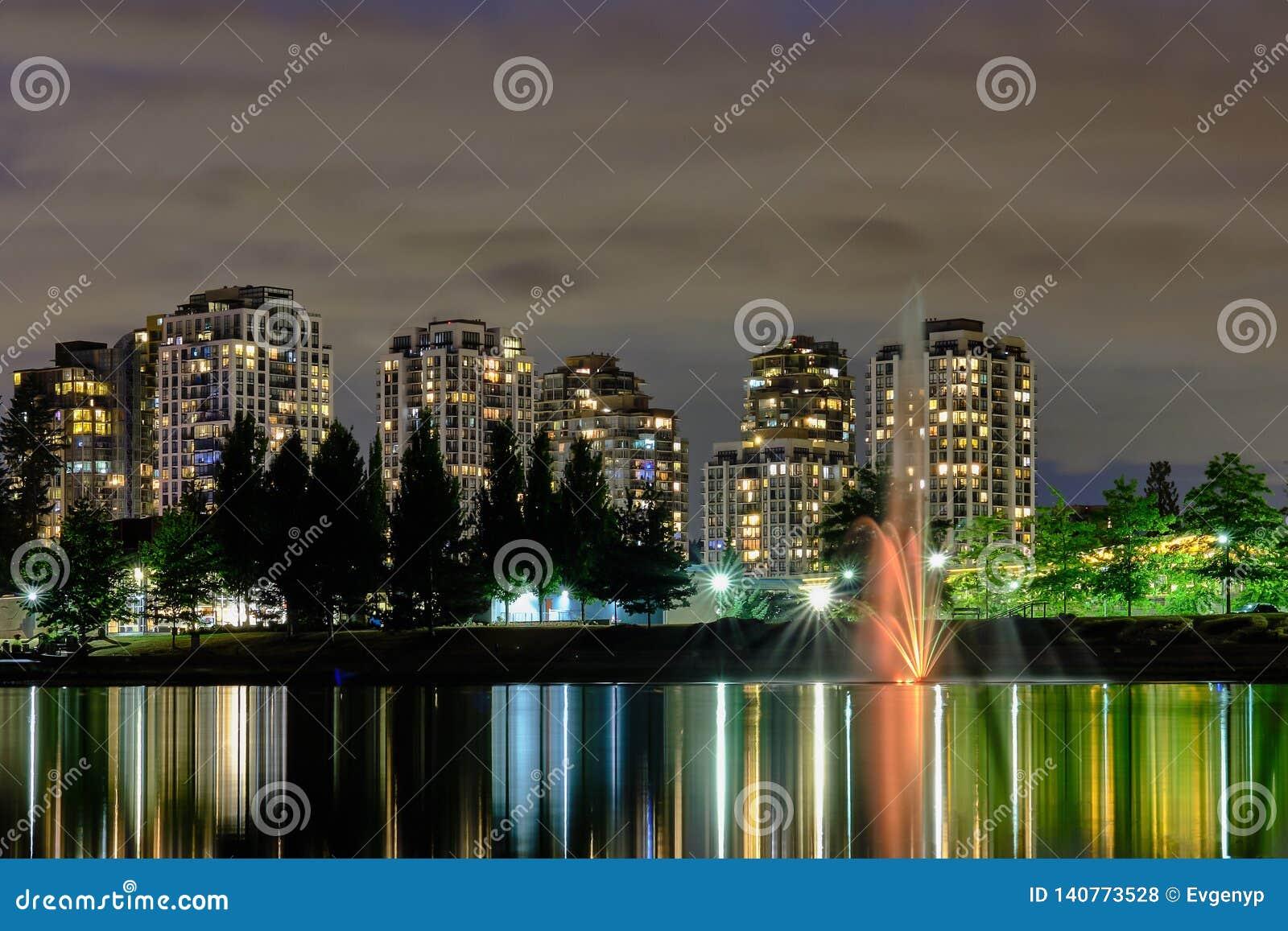 De mening van de nacht scape stad, Coquitlam, het Grotere gebied van Vancouver, Canada