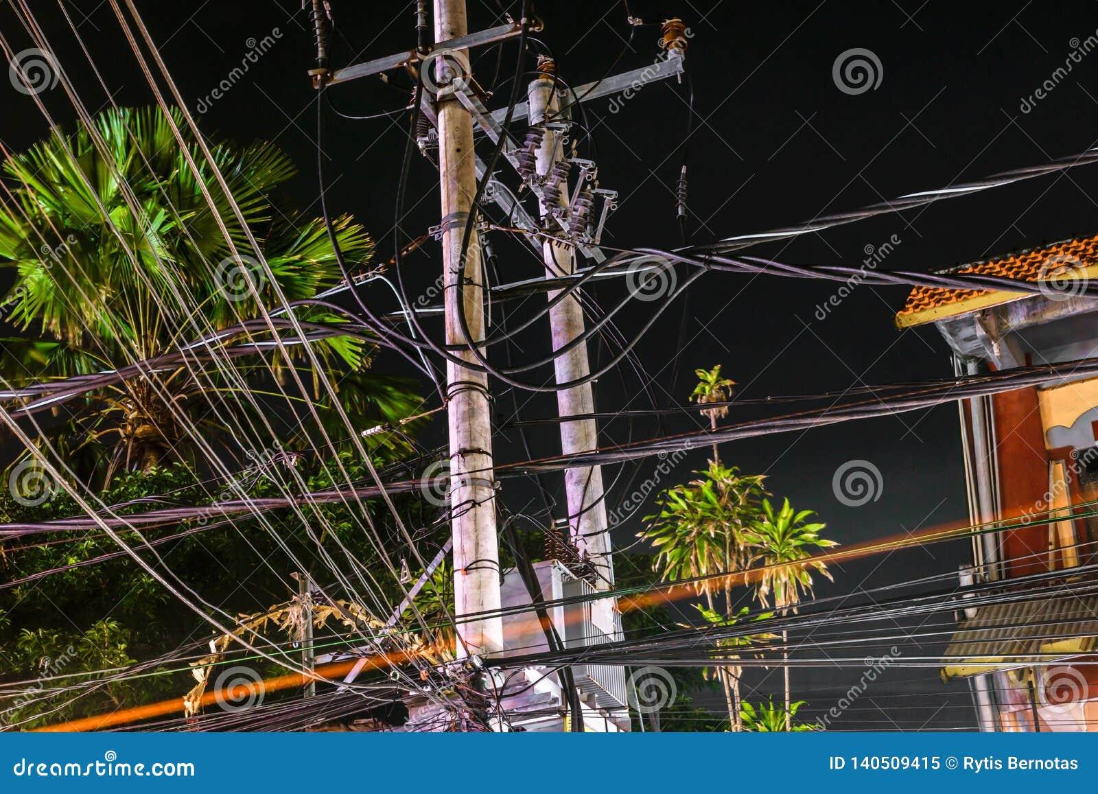 De mening van de nachtstraat van bos van draden verbond op de pijlers in Bali
