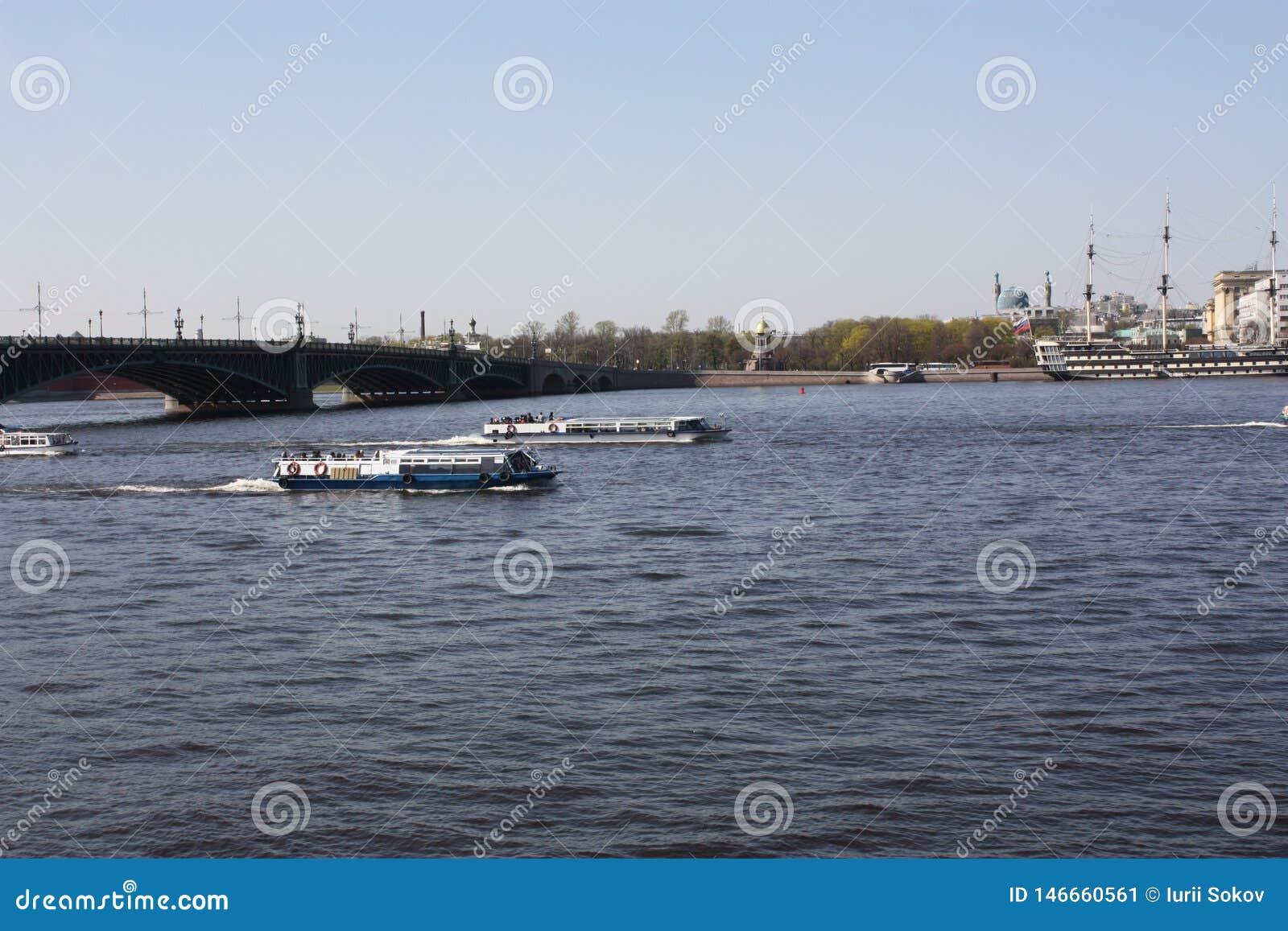 De mening van de rivier, de brug en de boten